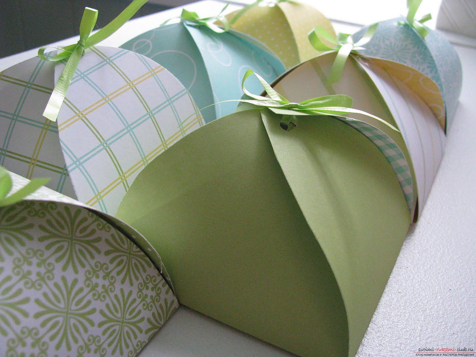 Сделать свою коробочку-оригами.</p> </div> <p> Фото для создания красивых оригами-коробочек.. Фото №1″ width=»600″/> </p> <p><strong>Для получателя подарка вдвойне приятнее</strong> полчить его, зная о том, что вы самостоятельно оформляли вашу упаковку.</p> <p> Более того, любую подарочную упаковку можно оформить в соответствии с необходимым праздником, что в разы упрощает задачу для любого, кто хочет удивить своего близкого.</p> <p>Техники оригами и современная работа поделок с бумагой позволяет нам получить результат в самых неожиданных задачах.</p> <p> В том числе и для того, чтобы оформить действительно <strong>уникальную и красивую подарочную упаковку</strong> для своего друга, любимого человека или родных, близких вам людей.</p> <p>Вы сможете найти большое количество схем в сети и распечатать их, создавая элементы для собственного дизайна своими руками.</p> <p> Большое количество материалов на данную тематику помогут вам ориентироваться и получать необходимый результат, который значительно облегчит ваши усилия и сделает всё гораздо более простым.</p> <p><div style=