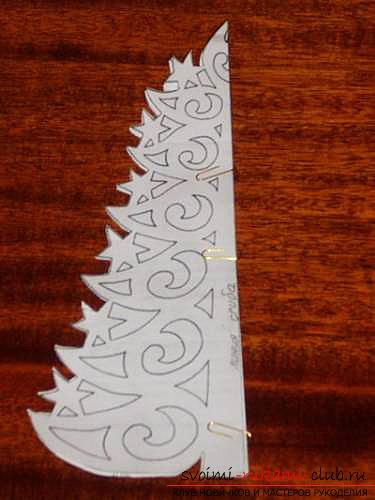 фото примеры процесса изготовления ажурной ёлочки из бумаги. Фото №13