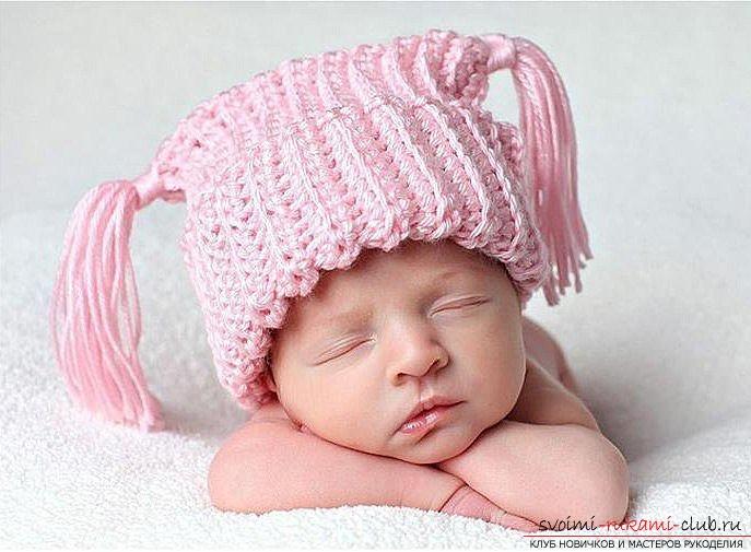 Как связать эксклюзивную шапочку для ребенка спицами.</p> </div> <p> Описание вязания шапочки для малышей по определенной схеме. Фото №1″/> </p> <p><strong>Необходимые материалы:</strong> <br/>• Клубок пряжи около 100 гр; <br/>• Спицы.</p> <p><div style=