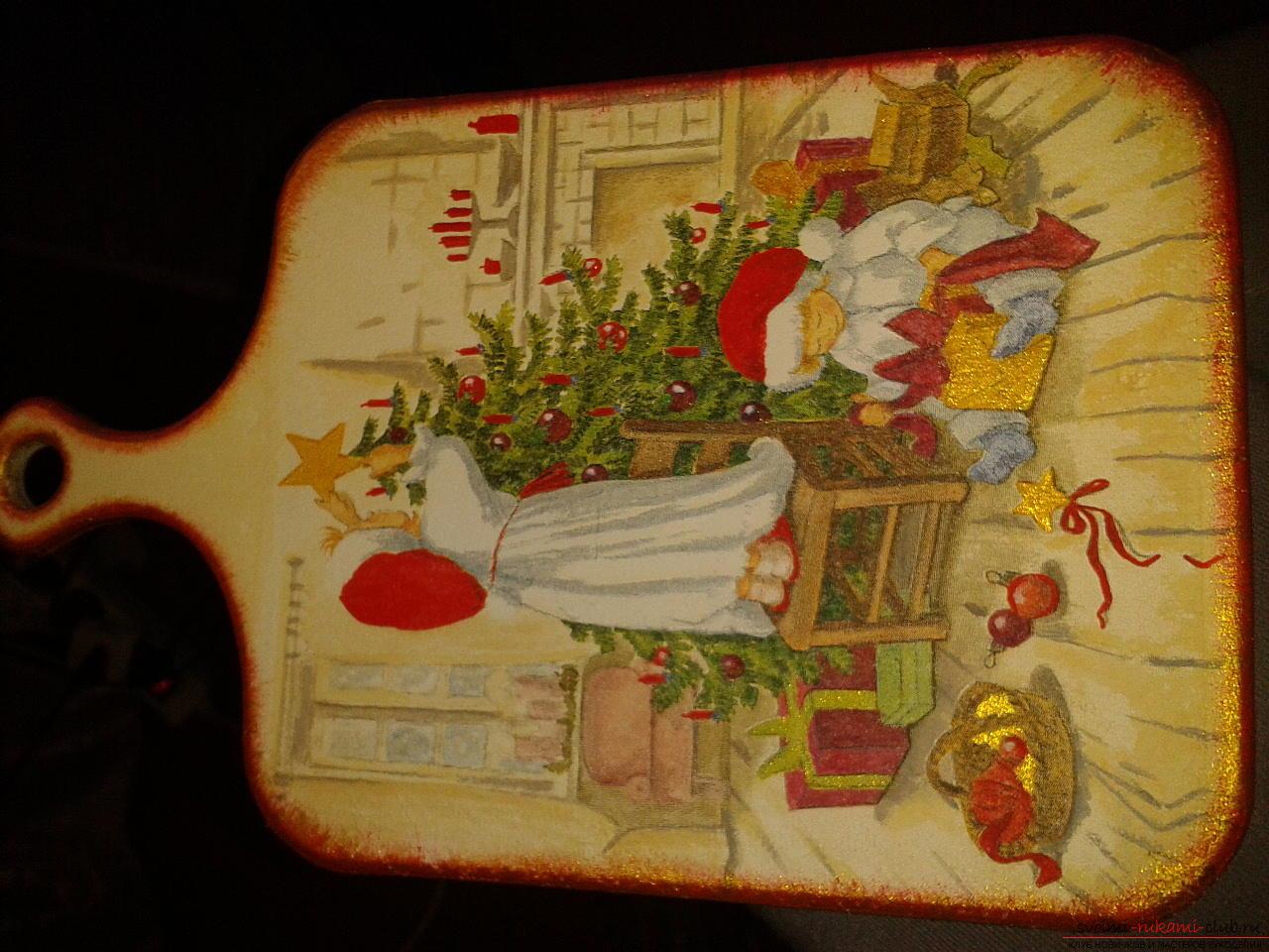 Фото к уроку по созданию новогоднего подарка - разделочной досочки в технике декупаж. Фото №5