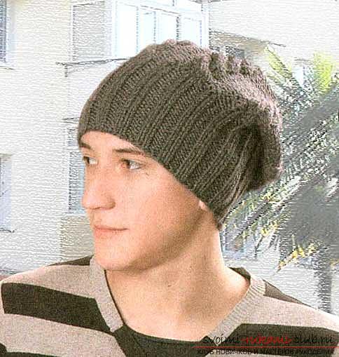 Учимся вязать мужскую шапку спицами по схеме. Фото №5