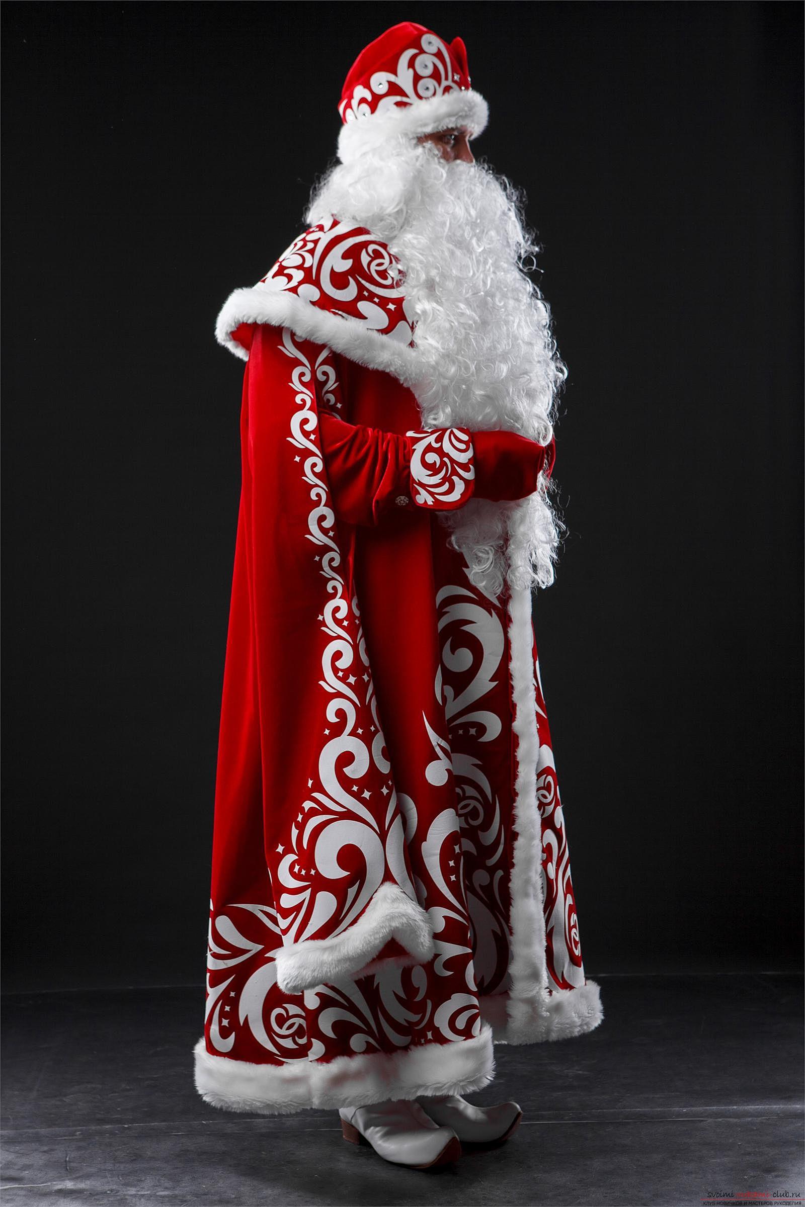 Как сделать костюм деда мороза.</p> </div> <p> Простые советы для работы своими руками и фото.. Фото №3″ width=»600″/></p> <p>Мешок для деда мороза также можно украсить самыми разнообразными элементами.</p> <p> Очень важно, чтобы он по стилистике напоминал <strong>костюм деда мороза.</p> <p></strong> Более того, можно добавить снежные аппликации, <strong>дождик или пушок</strong>, благодаря которым, внешний вид элемента мешка станет совершенно узнаваемым.</p> <p>Костюм деда мороза — это один из самых популярных, тематических костюмов и пожалуй самый известный для нового года.</p> <p> Именно поэтому, стоит воспользоваться полученными знаниями, а также фото-материалами выкройки, благодаря которым вы сможете реализовать собственный костюм деда мороза своими руками, используя свои, полученные знания.</p> <p>Элементы <strong>оформления костюма деда мороза</strong> будут самыми разнообразными, но внешний вид такого характерного персонажа трудно не узнать.</p> <p> Именно поэтому, мы предлагаем только популярные фото-материалы, которые показывают самые интересные костюмы дедов морозов, популярных в мире.</p> <p> Если хотите разнообразия — можно оформить <strong>костюм санта-клауса</strong>, который незначительно о<strong>тличается от своего русского аналога.</strong></p> </div> <div class=