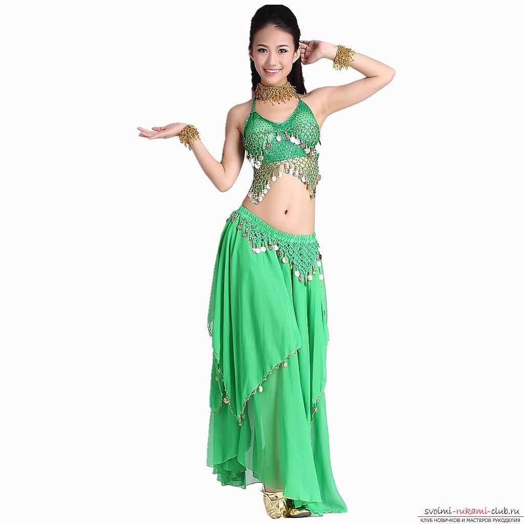 Как сделать костюм для танца живота своими руками.</p> </div> <p> Фотографии вариантов.. Фото №3″ width=»600″/></p> <p>Юбки также делятся на <strong>различные фасоны</strong>, каждый из которых — подходит для своей обладательницы по своему.</p> <p> Это может быть прямая юбка, юбка-полусонце или клеш-вариант.</p> <p> Принимая окончательное решение вашего стиля, можно начинать делать собственную юбку.</p> <p>Оформлять юбку для костюма восточных танцев необходимо самыми разными дополнениями.</p> <p> К примеру, шаровары стоит использовать тем девушкам, которые готовы обнажить свои ноги и показать их. Если же, вы хотите использовать шаровары, но считаете свои ноги полными — можно <strong>сделать брючный вариант.</p> <p></strong> В другом случае — отлично подойдёт и юбочный вариант.</p> <p>Юбку можно <strong>расшить различными пайетками</strong>, звонкими дополнениями и просто аксессуарами внешнего вида.</p> <p> Воспользуйтесь большим количеством разных идей и сделайте собственную юбку для восточного танца.</p> <p>Лифчик должен быть достаточно прост, а дополнения к лифчику не должны создавать дискомфорта в ваших телодвижениях.</p> <p> Также, <strong>костюм можно дополнить поясом</strong>, который также можно сшить, используя различные дополнения из ткани, фасона, пайеток и прочих материалов.</p> <p>Таким образом, у вас получится весьма простой, но в то же время, очень интересный и <strong>красивый вариант костюма для восточных танцев</strong>.</p> <p> Воспользуйтесь этими идеями и получите необходимый результат, который позволит вам наслаждаться вашим танцем живота.</p> </div> <div class=