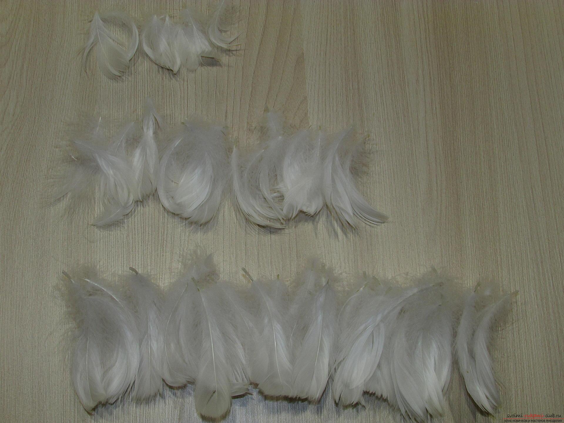 Этот мастер-класс - пошаговая инструкция с подробными фото как сделать елочку из перьев. Фото №7