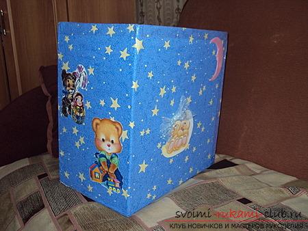 Коробка для игрушек, выполненная своими руками.</p> </div> <p> Сделанная бесплатно коробка для игрушек.. Фото №3″ width=»600″/></p> <p>Можно подойти к этому вопросу не настолько творчески, а более обыденно и практично и <strong>сделать коробку для игрушек</strong>, оформив ее любым материалом, который есть в ваших запасах. Возможно после ремонта в детской комнате, сохранились остатки обоев симпатичной расцветки.</p> <p> Тогда ящик для игрушек гармонично впишется в общий интерьер.</p> <p> Если вы умеете шить, можно придумать и раскроить из старых детских простыней с зайчатами или рыбками матерчатый чехол.</p> <p> Кстати он будет удобен тем, что его можно простирнуть по мере необходимости.</p> <p> Если обклеить коробку цветным фоном, можно сделать на ней аппликации из вырезанных из журналов или старых детских книжек красивых картинок. </p> <p>Для девочки можно придумать декор с элементами украшений в виде ленточек и бантиков. Или сказочные принцессы и феи могут поселиться по бокам такой коробки.</p> <p> Любые свежие идеи вам пригодятся для того, чтобы <strong>совершенно бесплатно изготовить</strong> такую важную и полезную вещь для вашего жилища и раз и навсегда навести в нем чистоту и порядок.</p> <p> А еще лучше вовлечь в этот процесс разработки и изготовления <strong>коробки для любимых игрушек</strong>, самих детишек.</p> <p> Они смогут проявить свою фантазию и проявить себя в увлекательной работе, после чего, складывать свои игрушки на место станет намного важнее, ведь они сами подготовили для них собственное место.</p> </div> <div class=