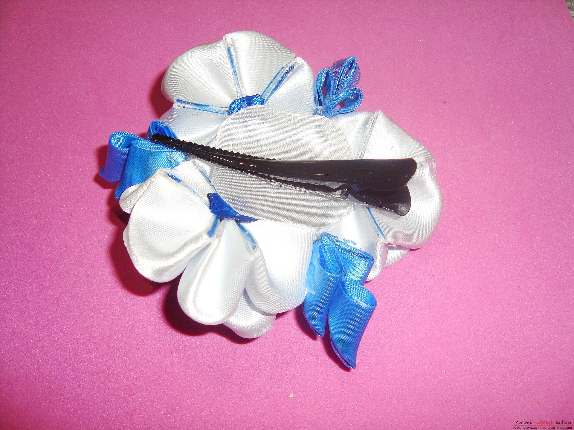 Фото инструкция по изготовлению заколки из лент голубого цвета в технике канзаши. Фото №15