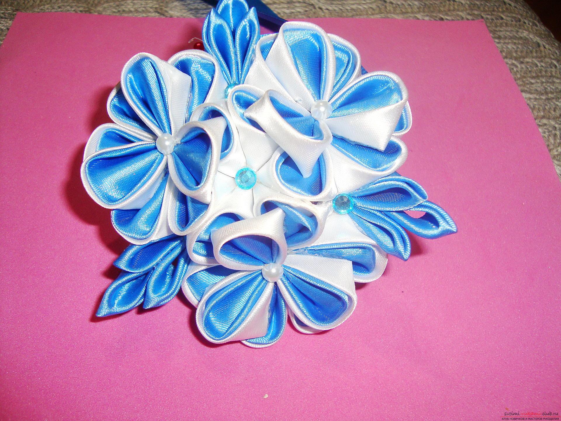 Фото инструкция по изготовлению заколки из лент голубого цвета в технике канзаши. Фото №1