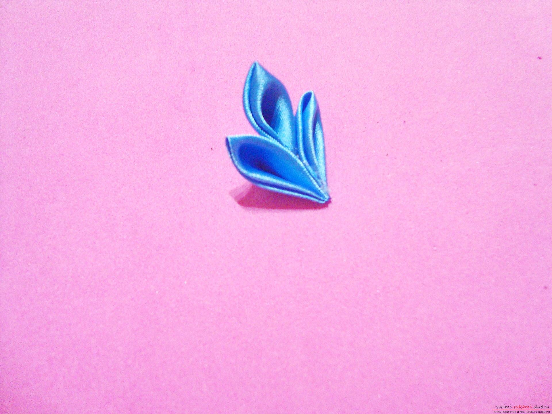 Фото инструкция по изготовлению заколки из лент голубого цвета в технике канзаши. Фото №13