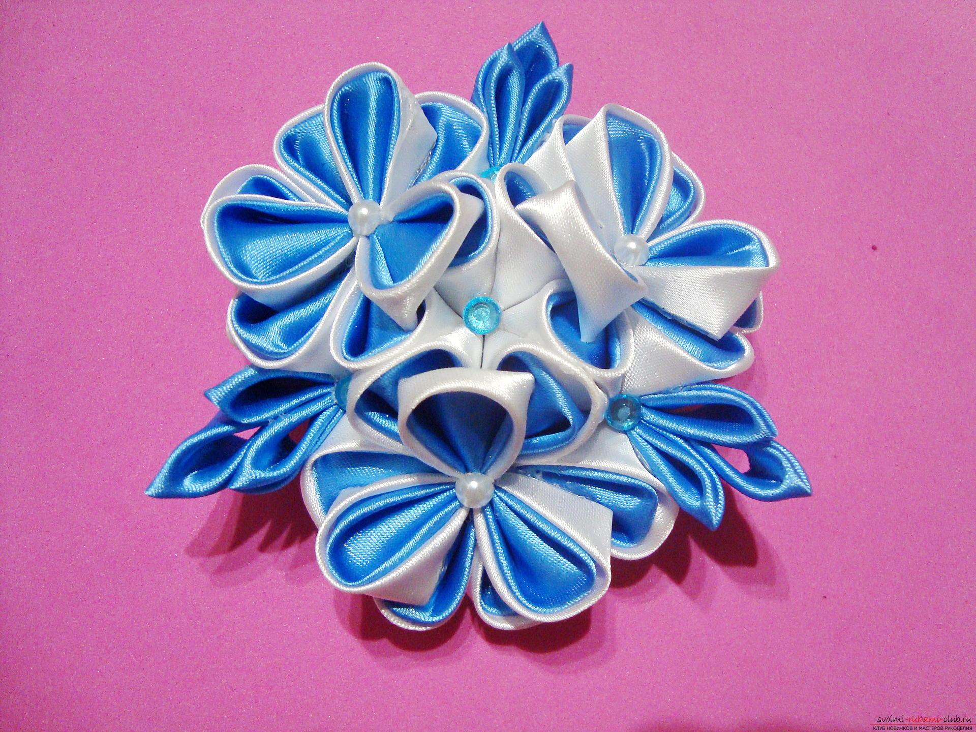 Фото инструкция по изготовлению заколки из лент голубого цвета в технике канзаши. Фото №14