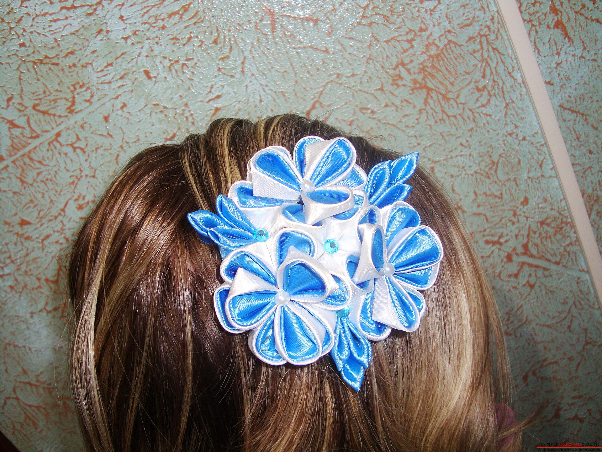 Фото инструкция по изготовлению заколки из лент голубого цвета в технике канзаши. Фото №16