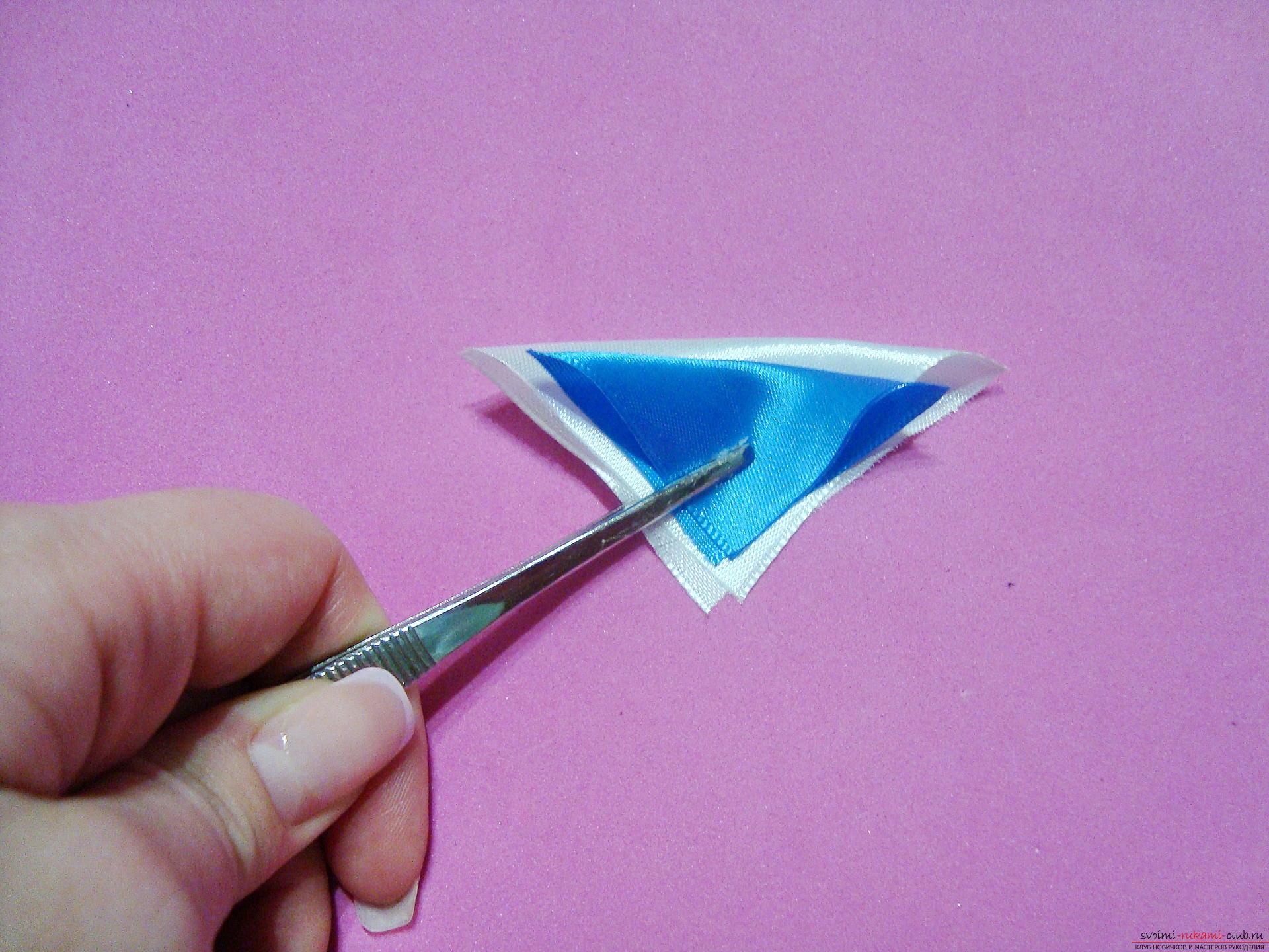 Фото инструкция по изготовлению заколки из лент голубого цвета в технике канзаши. Фото №5