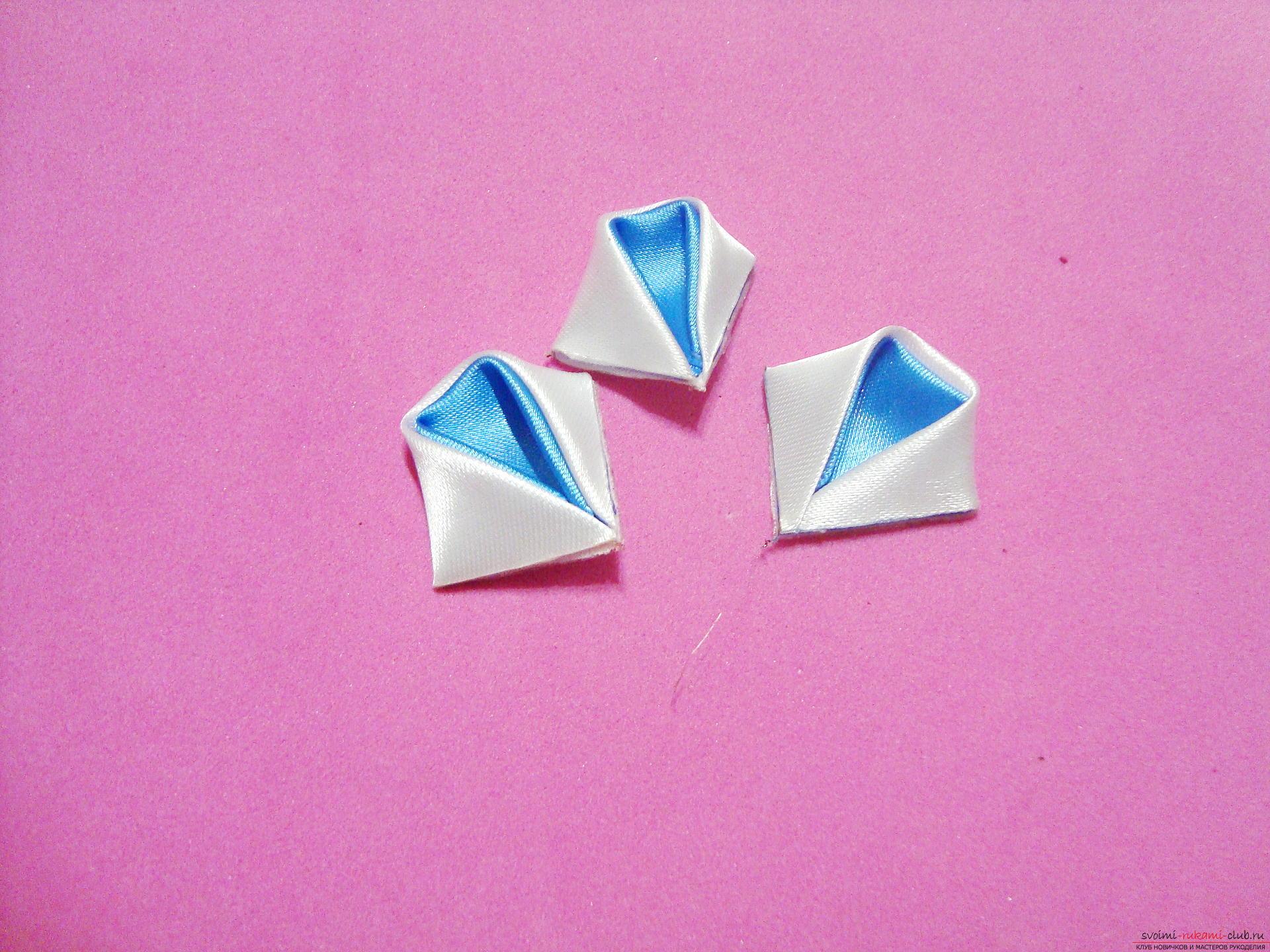 Фото инструкция по изготовлению заколки из лент голубого цвета в технике канзаши. Фото №7