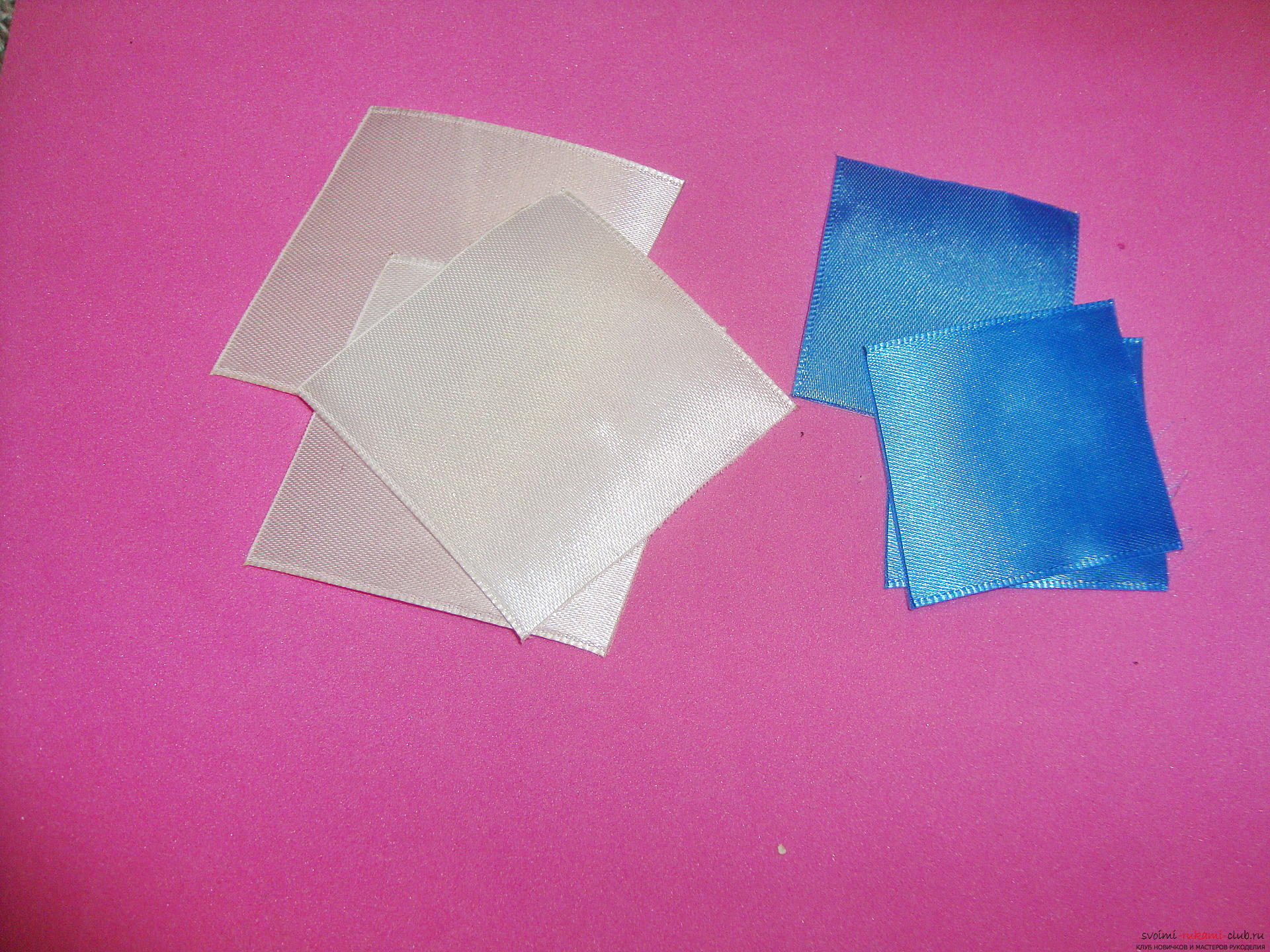 Фото инструкция по изготовлению заколки из лент голубого цвета в технике канзаши. Фото №3