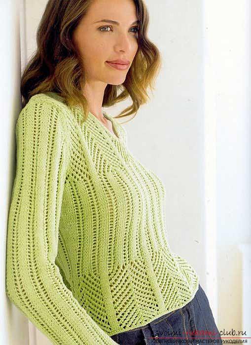 на спицах женский пуловер.