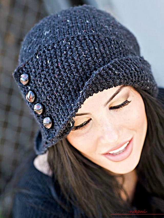 вязаная спицами шапка с отворотом. Фото №1