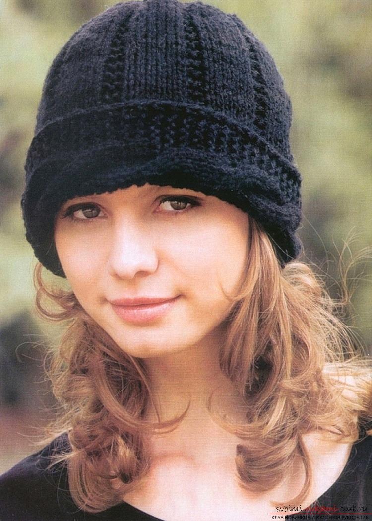 вязаная спицами женская шапка. Фото №5