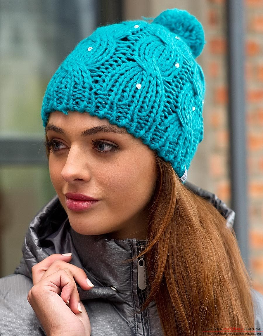 вязаная спицами женская шапка с узором из кос. Фото №3