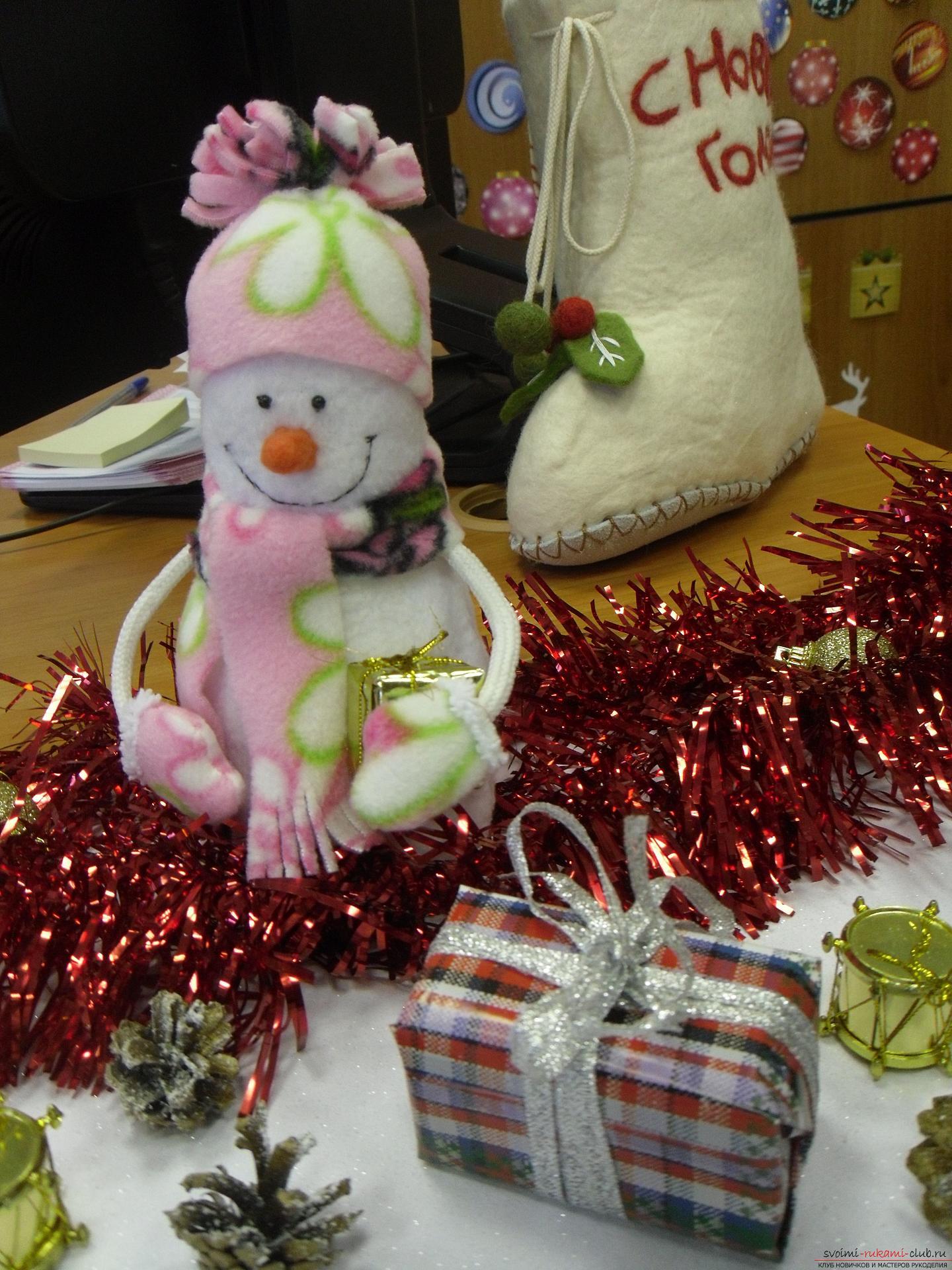 Снеговики из фетра помогут создать новогоднюю обстановку в каждом доме. Поделка на Новый год может быть не купленной в магазине, украшение к новогоднему столу можно сделать своими руками.. Фото №7