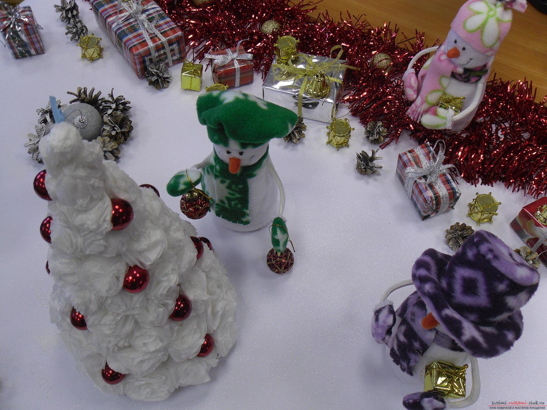 Снеговики из фетра помогут создать новогоднюю обстановку в каждом доме. Поделка на Новый год может быть не купленной в магазине, украшение к новогоднему столу можно сделать своими руками.. Фото №3