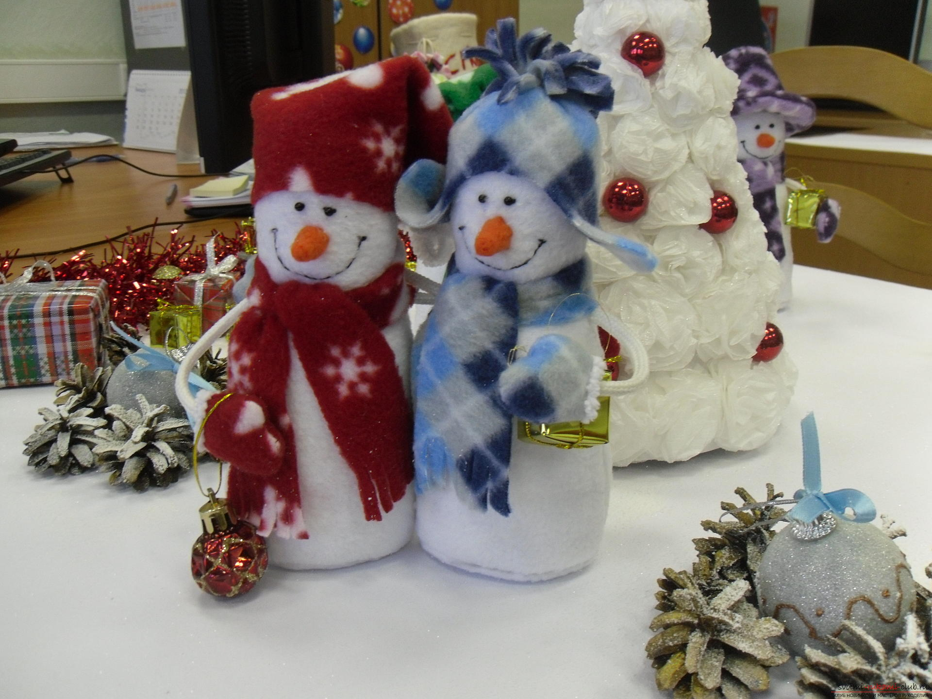 Снеговики из фетра помогут создать новогоднюю обстановку в каждом доме. Поделка на Новый год может быть не купленной в магазине, украшение к новогоднему столу можно сделать своими руками.. Фото №4