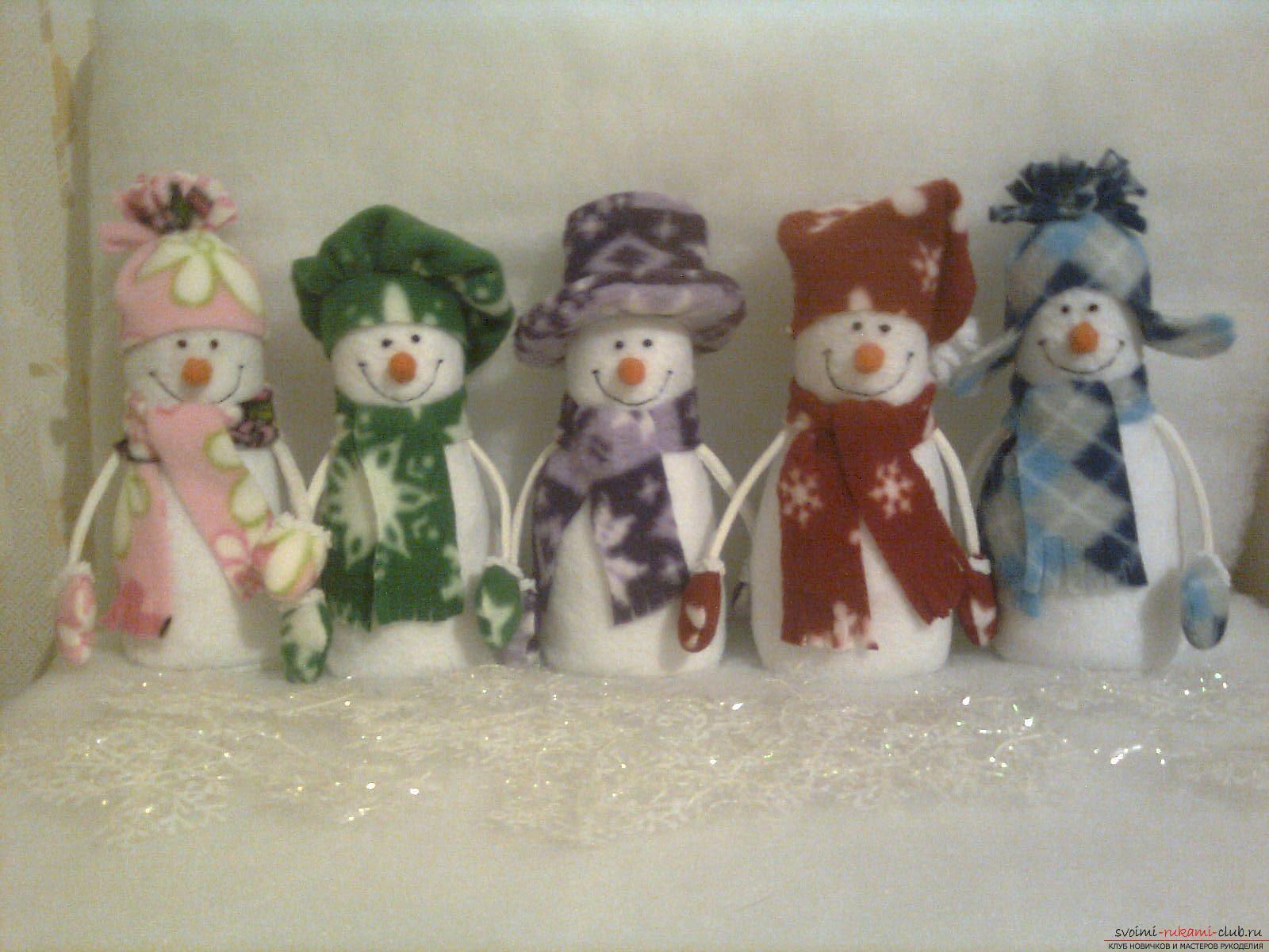 Снеговики из фетра помогут создать новогоднюю обстановку в каждом доме. Поделка на Новый год может быть не купленной в магазине, украшение к новогоднему столу можно сделать своими руками.. Фото №1