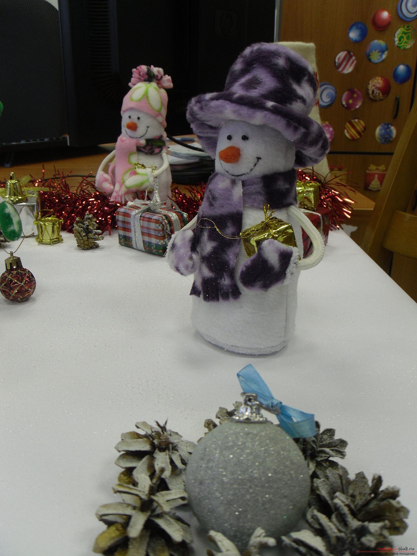 Снеговики из фетра помогут создать новогоднюю обстановку в каждом доме. Поделка на Новый год может быть не купленной в магазине, украшение к новогоднему столу можно сделать своими руками.. Фото №6