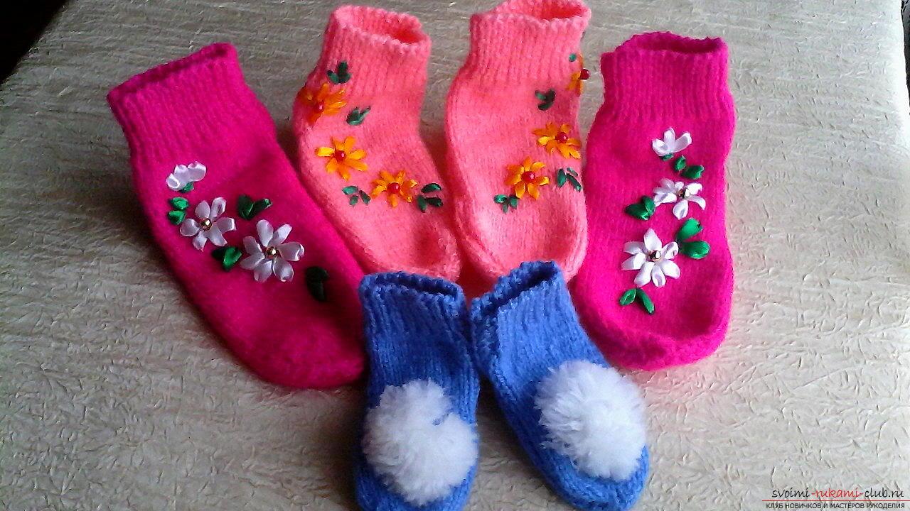Чем украсить вязаные носки своими руками