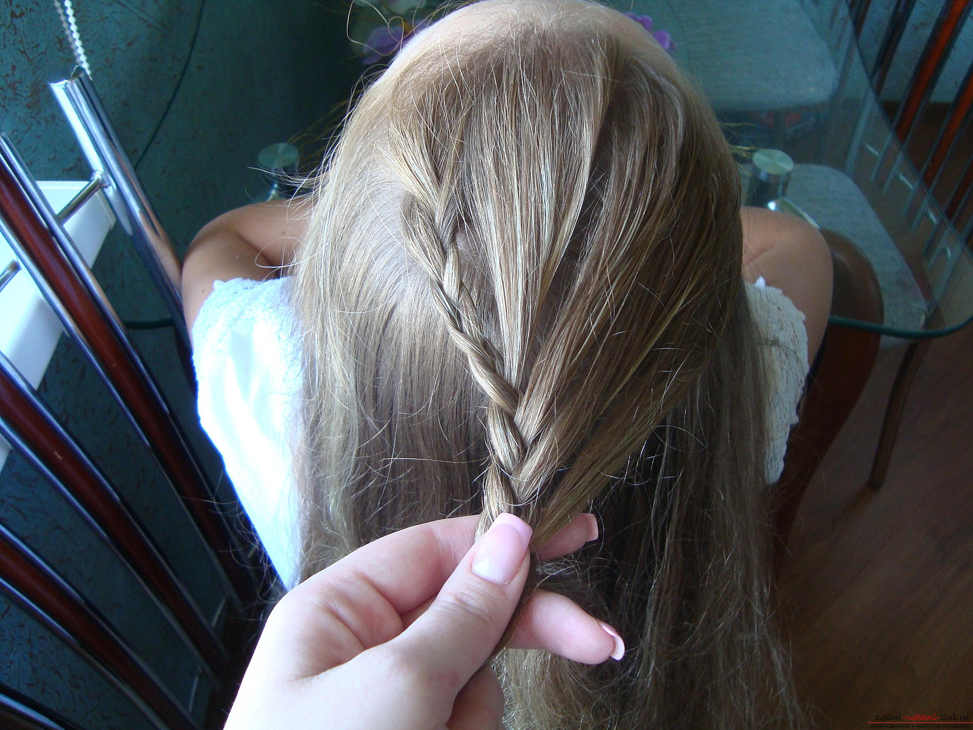 Урок по плетению косы на длинные волосы для девочки в школу. Фото №7