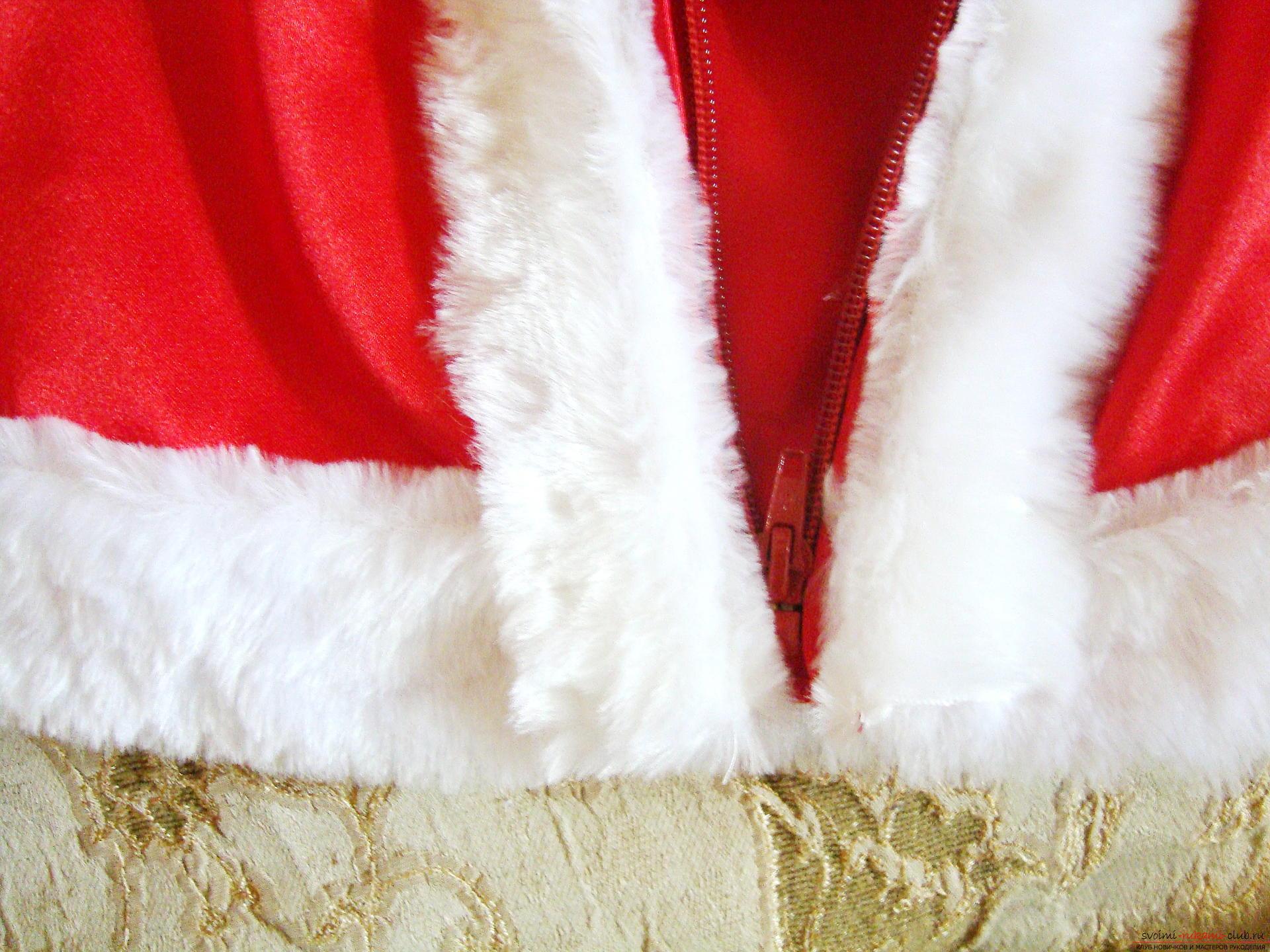 Новогодний костюм не всегда удобно купить, а пошить карнавальный костюм для мальчика может даже начинающая мастерица.</p> </div> <p> Мастер-класс с фото и видео поможет создать новогодний детский костюм по образу Санты Клауса.. Фото №9″/></p> <p>Следующий шаг шитье штанов. Сначала друг с другом сшиваются задние и передние половинки, затем обе части сшиваются в одно изделие, внутренние швы обрабатываются.</p> <p> По поясу делается подгиб и вставляется резинка.</p> <p> Низ штанин украшается белой пушистой окантовкой или подгибается.</p> <p>Последняя деталь колпачок.</p> <p> Раскроенные клинья сшиваются вместе, по низу пришивается окантовка, на кончик помпон из белых ниток или меха.</p> <p><strong>Чем можно дополнить костюм Санта Клауса?</strong></p> <p>Маленькому ребенку достаточно сложно подобрать подходящую к костюму обувь, поэтому ее можно сшить из остатков ткани.</p> <p> Для определения размера нужно обвести ножку ребенка и сделать небольшой припуск 0,5-1 см со всех сторон. Детали подошвы можно выкроить из кожи или войлока.</p> <p> Затем из ткани выкраиваются 4 детали, закрывающие носки, и голенища. Тканевые детали сначала сшиваются между собой, затем пришиваются к подошве.</p> <p> Верх получившихся валенок можно украсить белым мехом, но тогда желательно оставить штаны без опушки снизу.</p> <p><div style=