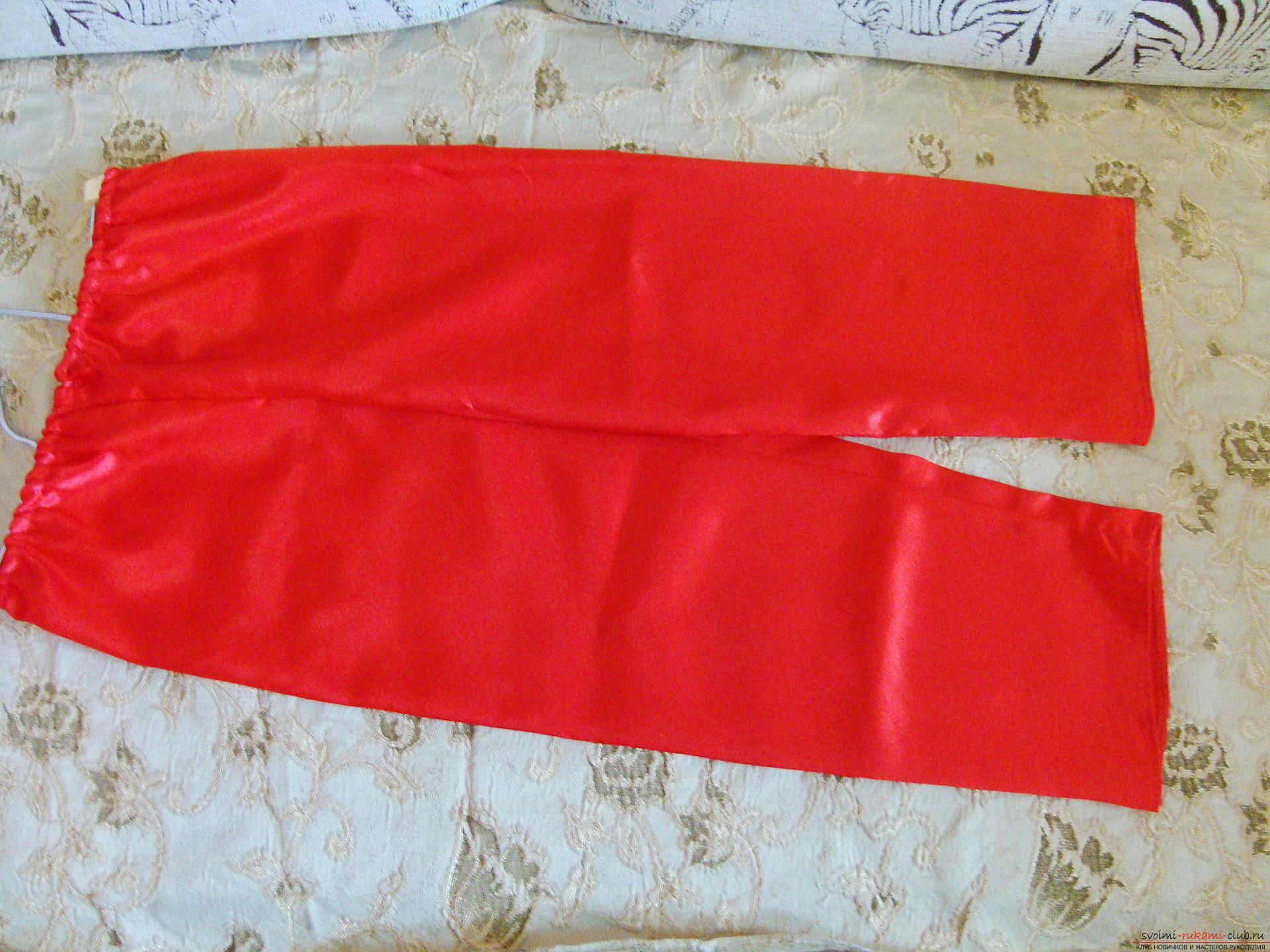 Новогодний костюм не всегда удобно купить, а пошить карнавальный костюм для мальчика может даже начинающая мастерица.</p> </div> <p> Мастер-класс с фото и видео поможет создать новогодний детский костюм по образу Санты Клауса.. Фото №5″/></p> <p>Когда бумажные выкройки будут готовы, их следует перенести на ткань, раскроив 4 детали для штанов, 2 полочки, спинку и 2 рукава для курточки, 2 или 4 клина для колпачка. Вырезая детали, нельзя забывать про припуски для швов 1,5-2 см, а в верхней части штанов нужно оставить 3-4 см для резинки.</p> <p> Белый мех раскраивается длинными полосами по длине подола курточки, полочек, ворота, низа рукавов, штанин и колпака.</p> <p><div style=