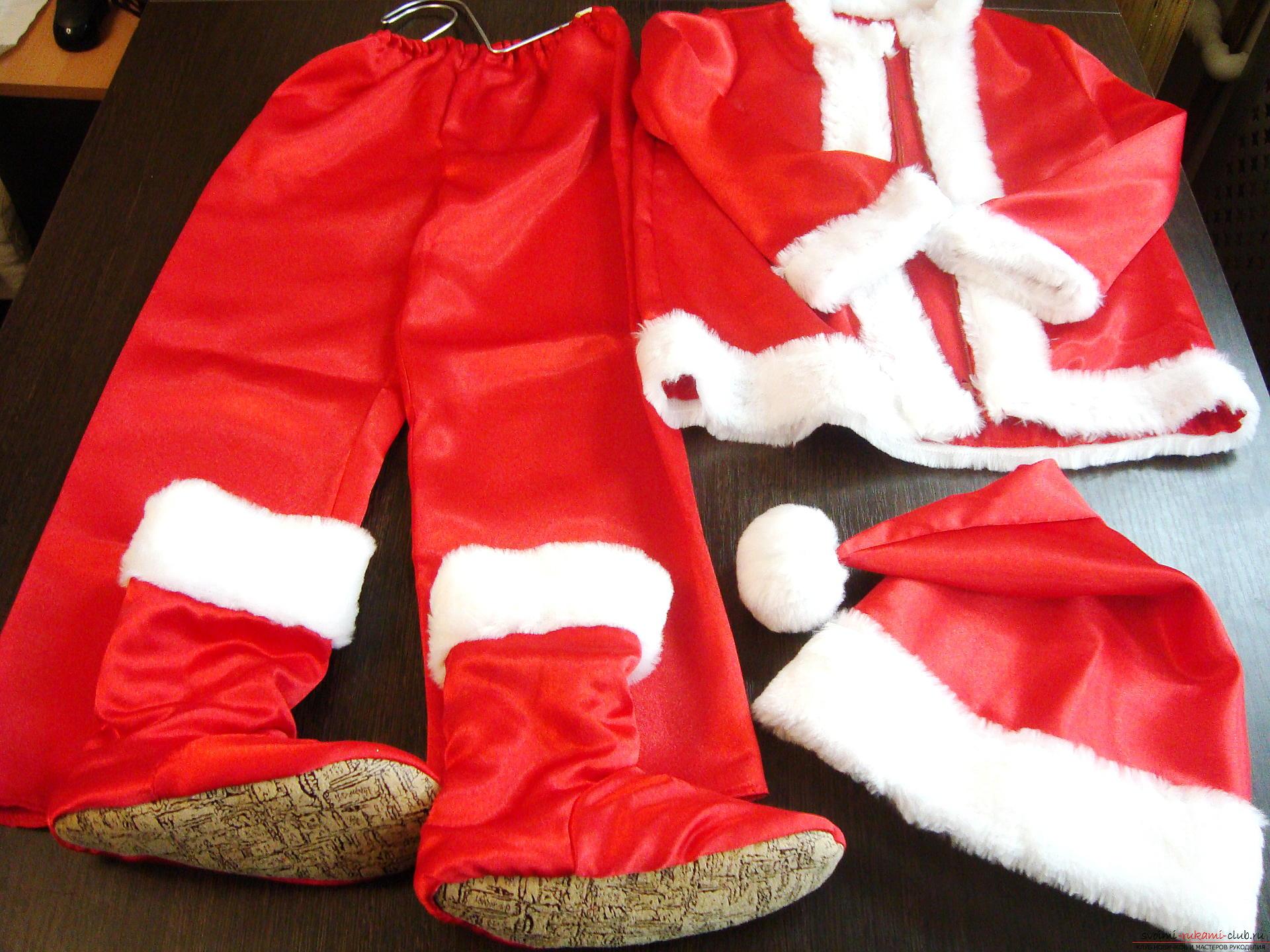 Новогодний костюм не всегда удобно купить, а пошить карнавальный костюм для мальчика может даже начинающая мастерица.</p> </div> <p> Мастер-класс с фото и видео поможет создать новогодний детский костюм по образу Санты Клауса.. Фото №11″/></p> <p>Интересный Санта Клаус получится, если дополнить костюм накладной бородой из белого меха и мешком для подарков, наполненным синтепоном для создания видимости объема. Если ребенок худенький, под костюм можно поместить небольшую подушку, чтобы получился внушительный животик.</p> <p> Его можно зафиксировать с помощью эластичных бинтов и пояса.</p> </div> <div class=