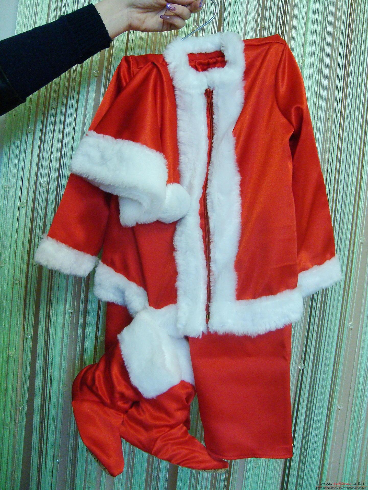 Новогодний костюм не всегда удобно купить, а пошить карнавальный костюм для мальчика может даже начинающая мастерица.</p> </div> <p> Мастер-класс с фото и видео поможет создать новогодний детский костюм по образу Санты Клауса.. Фото №1″/></p> <p>Карнавальные костюмы Санта Клаус для детей широко представлены в продаже, однако созданный руками родного человека наряд наверняка порадует малыша больше, чем магазинный.</p> <p> Тем более что, включив фантазию, праздничный костюм можно сделать более интересным, удобным и красивым.</p> <p><div style=