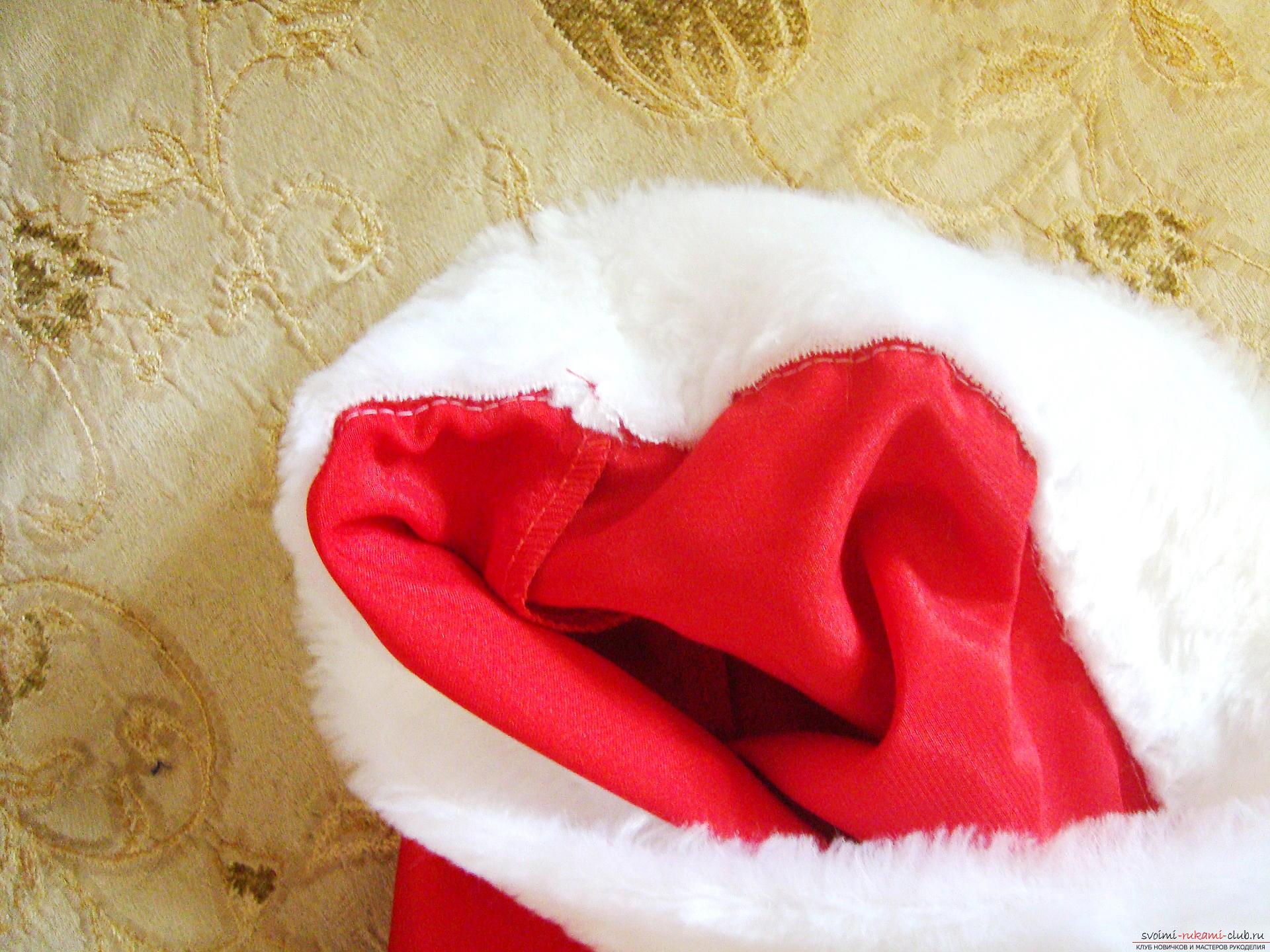 Новогодний костюм не всегда удобно купить, а пошить карнавальный костюм для мальчика может даже начинающая мастерица.</p> </div> <p> Мастер-класс с фото и видео поможет создать новогодний детский костюм по образу Санты Клауса.. Фото №7″/></p> <p><strong>Как сшить костюм Санта Клауса?</strong></p> <p>Шить костюм начинают с курточки детали полочек пришиваются к спинке, затем рукава к курточке.</p> <p> Спинка кроится при согнутой ткани, поэтому она является цельной деталью.</p> <p><div style=