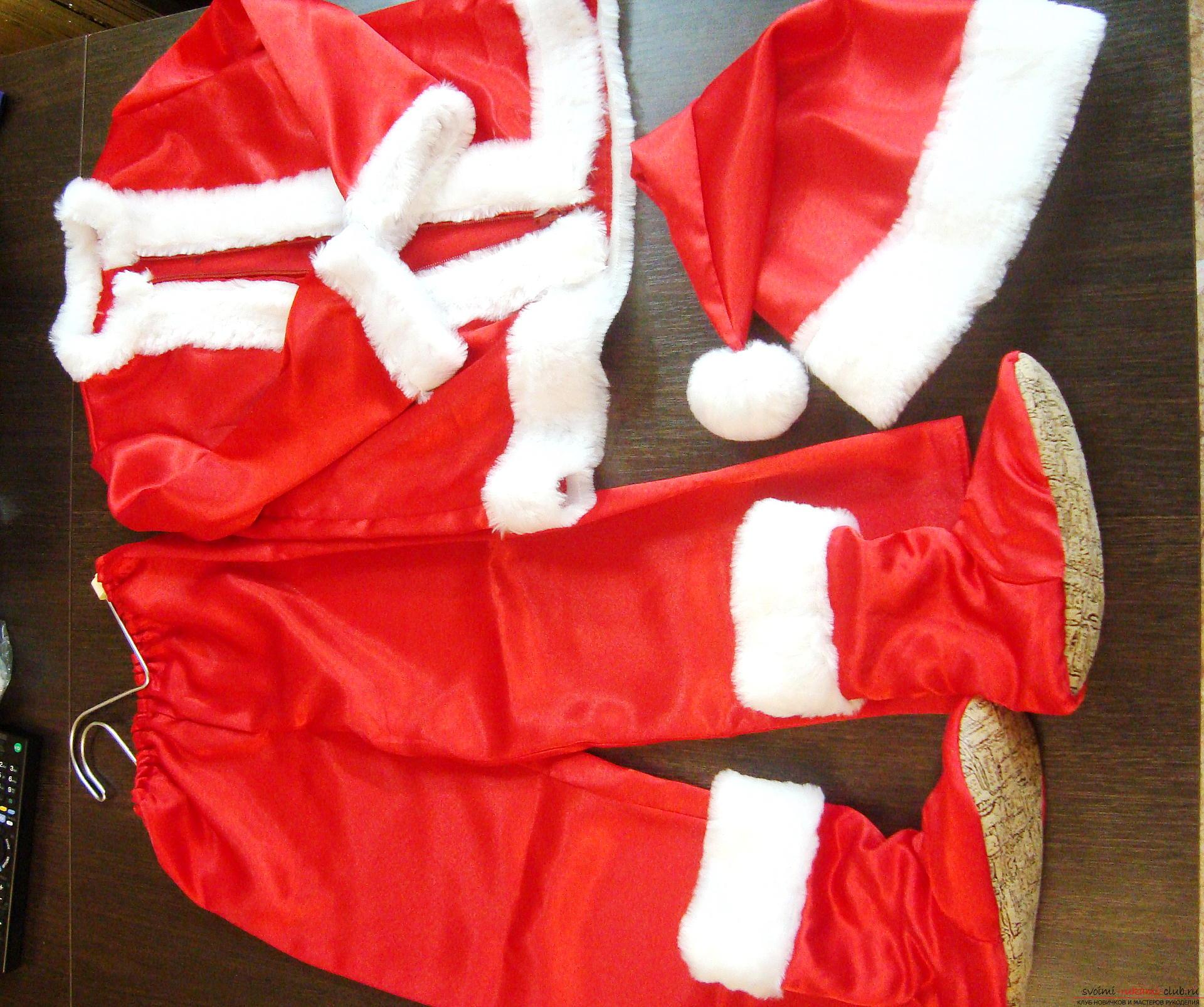 Новогодний костюм не всегда удобно купить, а пошить карнавальный костюм для мальчика может даже начинающая мастерица.</p> </div> <p> Мастер-класс с фото и видео поможет создать новогодний детский костюм по образу Санты Клауса.. Фото №3″/></p> <p><strong>Что потребуется для карнавального костюма Санта Клаус?</strong></p> <p>Для красивого карнавального костюма потребуется:</p> <ol> <li>Яркий красный атлас или бархат. Длина такой материи около двух метров на детский костюм, при условии, что ширина ткани 1.2 метра и более.</li> <li>Искусственный белый мех или любой пушистый материал, он потребуется на отделку, поэтому заготовьте его совсем чуть-чуть.</li> <li>Резинка для штанов.</li> <li>Пуговицы, молния или крючки для курточки.</li> <li>Бумага для выкройки, если вы побоитесь кроить сразу ткань.</li> <li>Швейные принадлежности, в данном случае швейная машинка необходима.</li> <li>Детская пижама или штаны и кофта для снятия выкройки, это значительно упростит процесс создания выкройки для начинающих мастериц.</li> </ol> <p><strong>Как нарисовать выкройку костюма Санта Клауса?</strong></p> <p>Умеющая шить рукодельница наверняка без проблем нарисует выкройку штанишек, курточки и колпака, предварительно сняв необходимые мерки. Менее опытная мастерица может использовать для выкройки вещи, которые впору ее малышу.</p> <p> Для этого нужно взять штаны и кофту и перерисовать детали на бумагу.</p> <p> Учитывайте, что костюм Санты должен быть свободным, поэтому отмеряйте и переводите все детали на бумагу с запасом в 2 см.</p> <p> Особенность атласной ткани для костюма в том, что она совсем не тянется, поэтому пижама и костюм из атласа даже одного размера будет смотреться по-разному.</p> <p><div style=