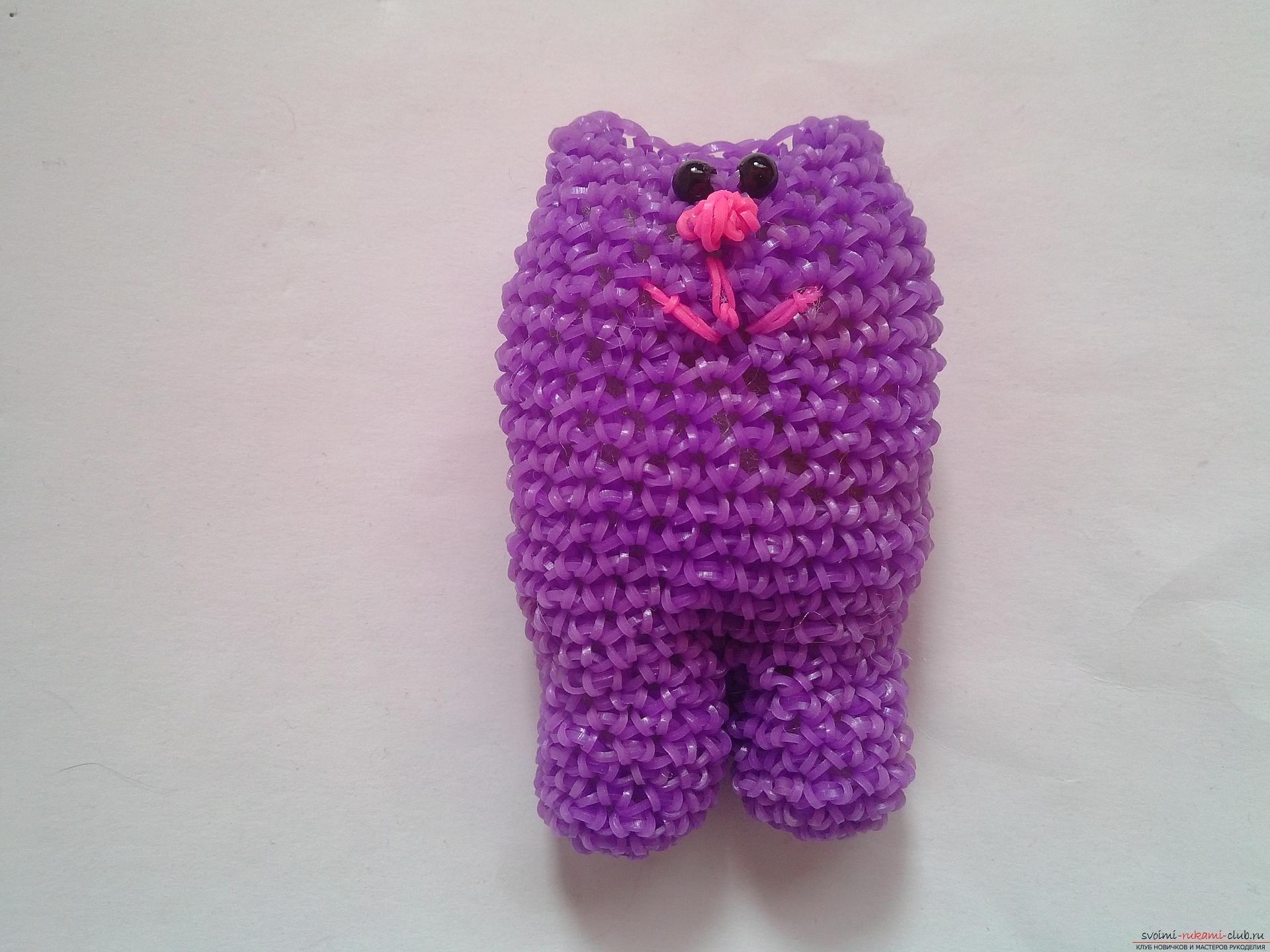Этот мастер-класс плетения из резиночек расскажет как сделать своими руками котика с сердечком