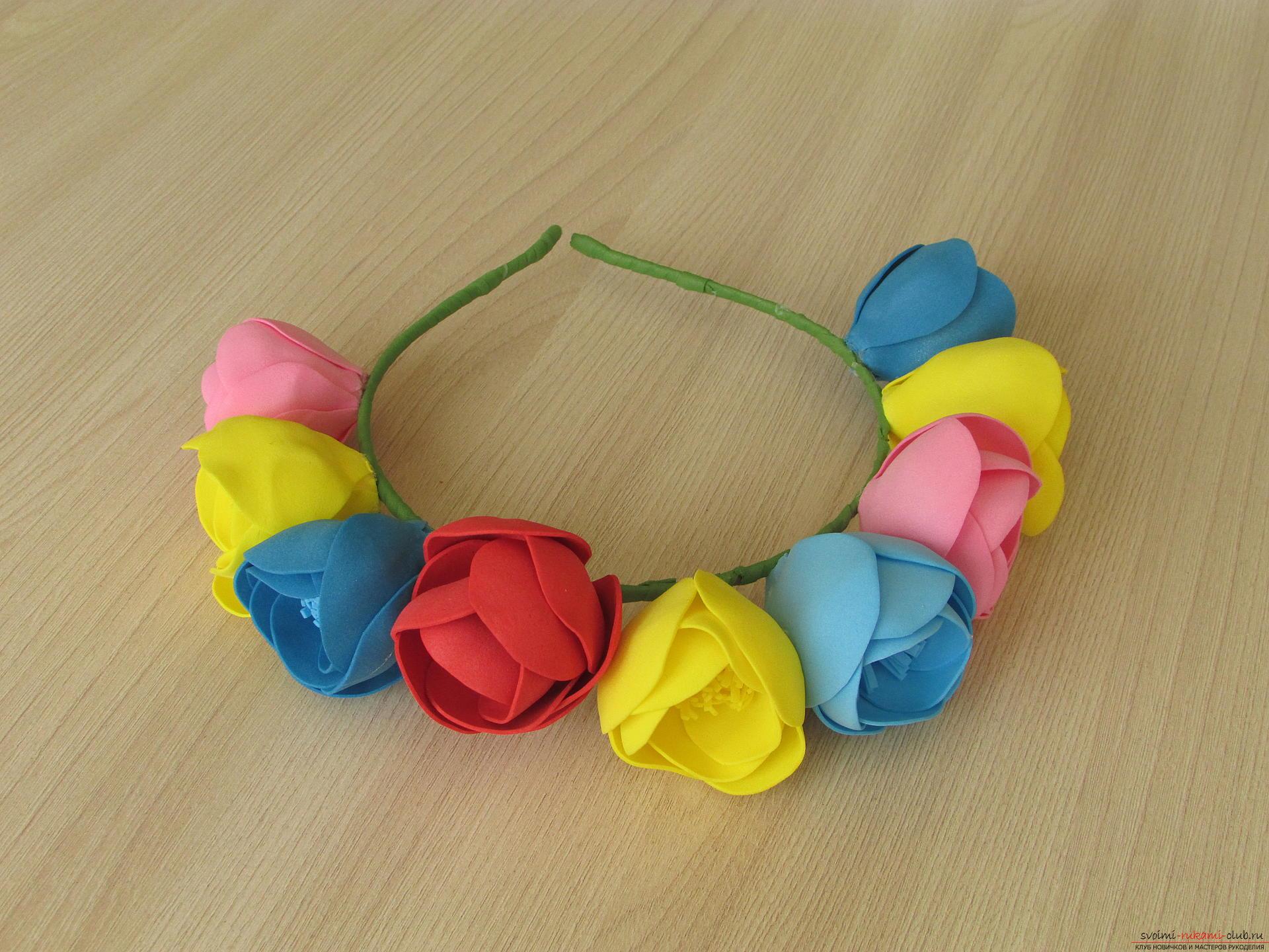 Этот мастер-класс цветов из фоамирана расскажет как сделать красивый летний венок.. Фото №11