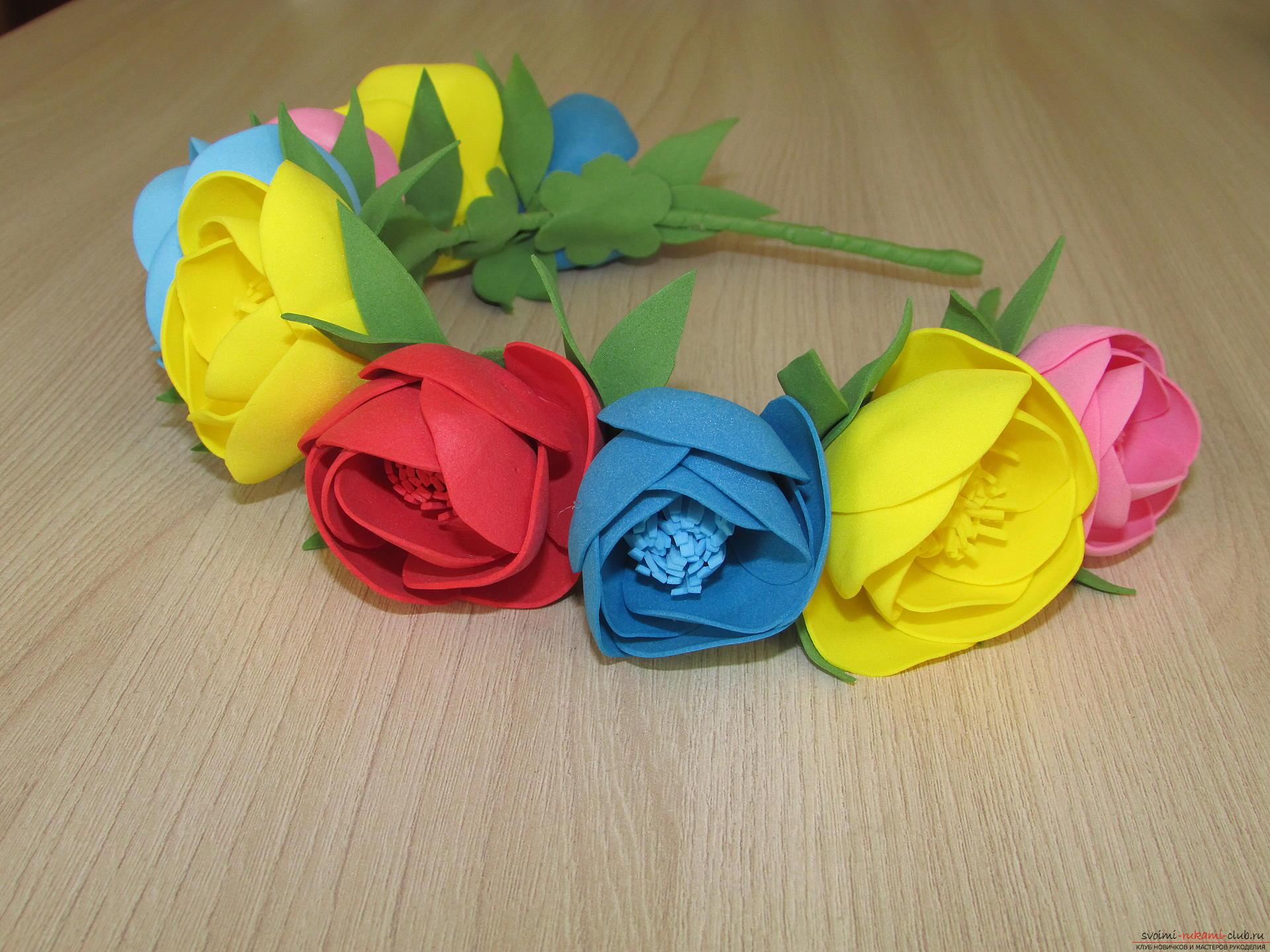 Этот мастер-класс цветов из фоамирана расскажет как сделать красивый летний венок.. Фото №15