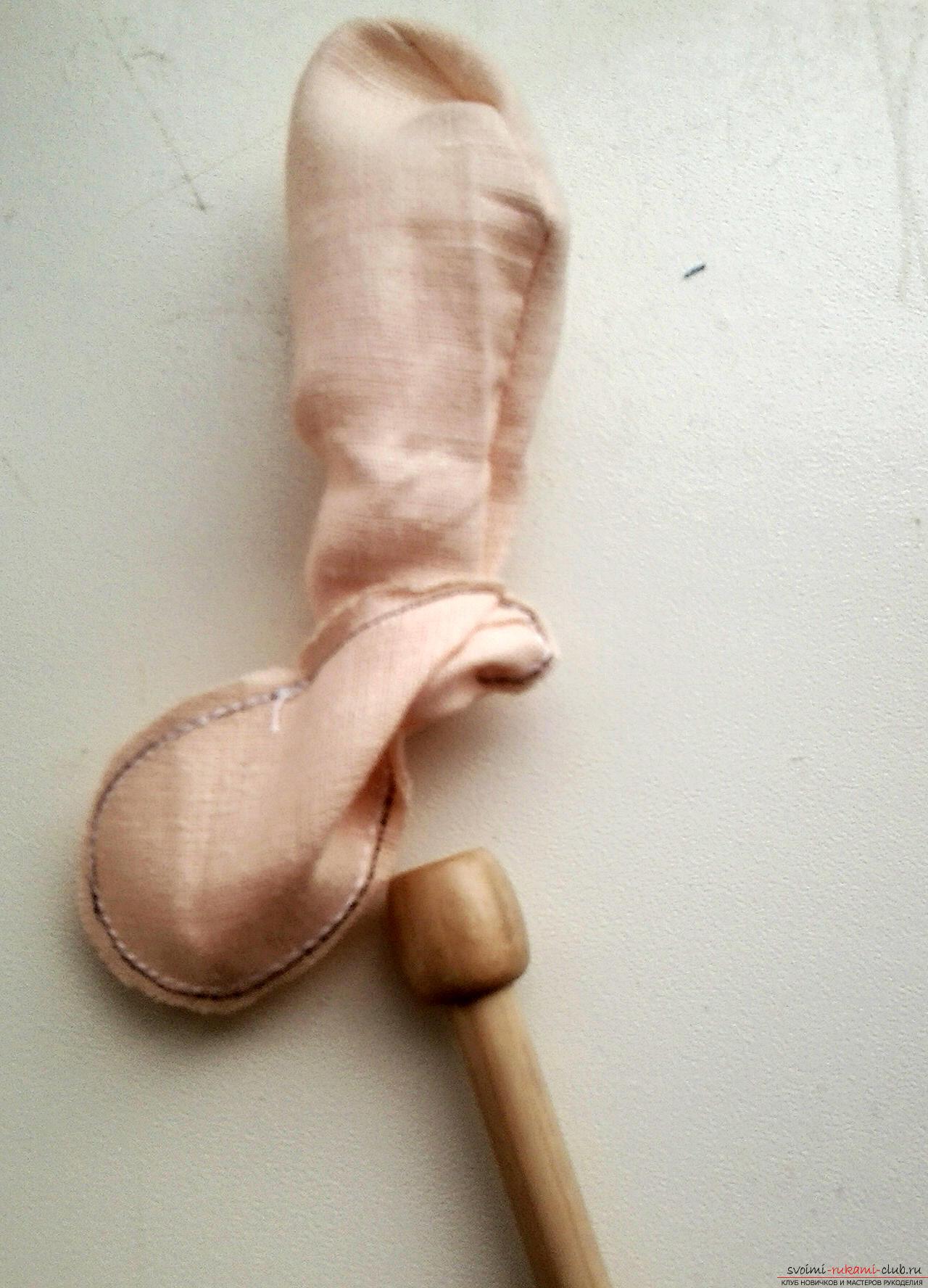Подробный мастер-класс по шитью куклы-большеножки с пошаговыми фото. Фото №21