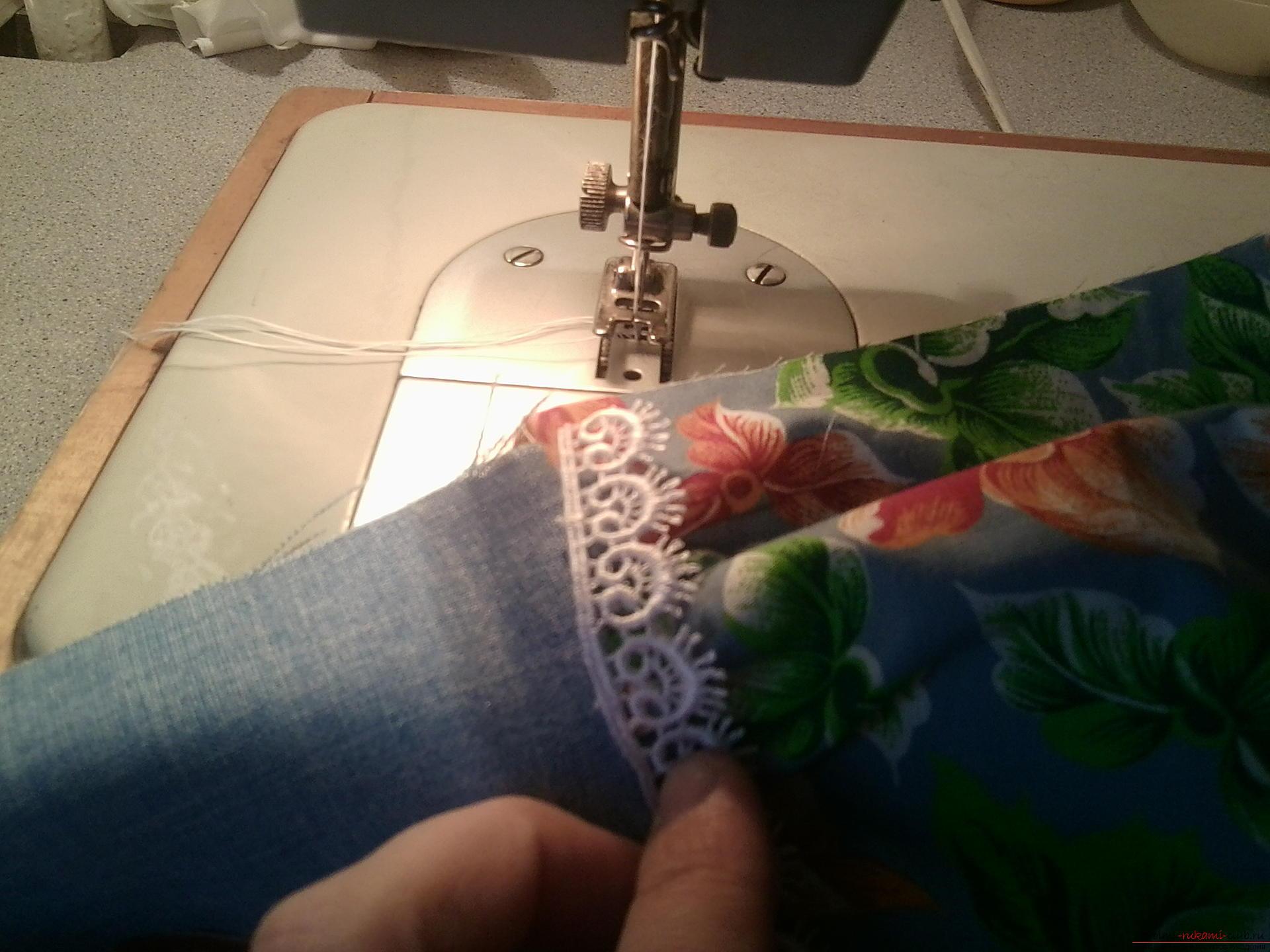 Подробный мастер-класс по шитью куклы-большеножки с пошаговыми фото.</p> </div> <p> Фото №19″/> 14.</p> <p> Пришиваем по талии кружево.</p> <h2>Обувь для куколки</h2> <p>Приутюживаем платье, где это требуется, и приступаем к изготовлению башмачков.</p> <p><div style=