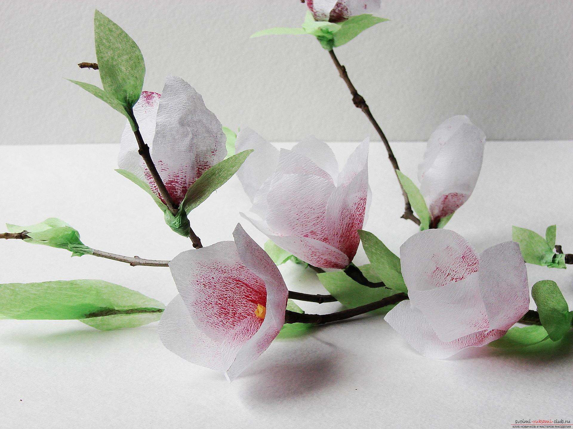 Композиция из цветов, изготовленных из гофрированной бумаги
