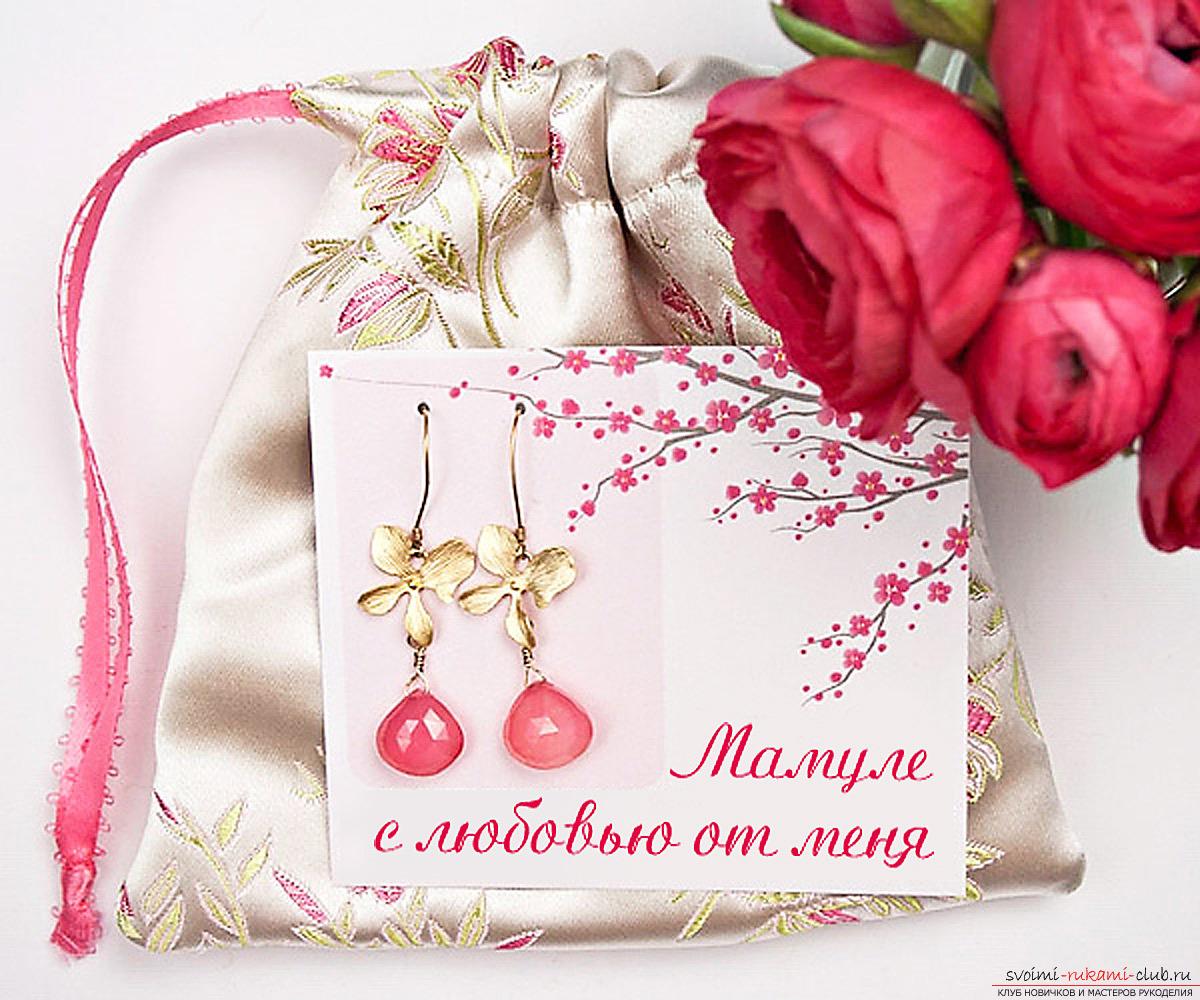 Как своими руками оформить ювелирный подарок для мамы? Тут мы подробно рассмотрим красивое оформление украшения