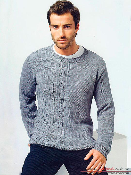Как связать спицами мужской свитер. подробное описание процесса вязания обычного повседневного свитера для мужчины.</p> </div> <p> Отличная тренировка для начинающих вязальщиц. Фото №1″/></p> <p>Прежде всего, выполним переднюю часть.</p> <p> Наберите резинку. В ней должно быть 98 петелек.</p> <p> Соблюдайте правильность подъема он должен равняться 3-4 рядам.</p> <p> Дальнейшие действия заключаются в том что, учитывая первое сочетание, вам нужно провязывать 6 см и добавить в ряду начального образца 1 петельку.</p> <p> Она должна быть обязательно лицевого типа. После добавляются петельки изнаночного типа в количестве 4 штук и 1 лицевая.</p> <p> Затем меняем узоры местами, а и повторяем ряды заново. Таким методом мы поднимем основную часть на 14 см.</p> <p> Помните на каждом шаге количество петелек должно уменьшаться, поэтому проймы рукавов, четные ряды нужно закрывать по схеме: 2 петельки 3 раза по одной.</p> <p> Ни в коем случае не экспериментируйте с узором его можно изменить только при достижении высоты 51 см. Также вы можете вывязать свитер с использованием узора косичка</p> <p><div style=