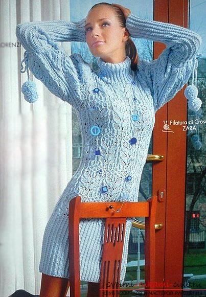 вязаное спицами голубое романтичное платье. Фото №1
