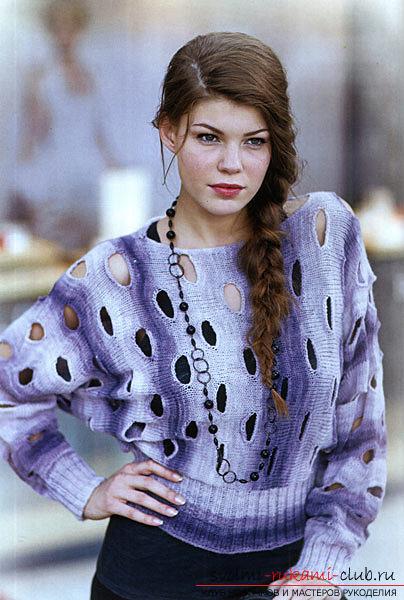 свитер с отверстиями.
