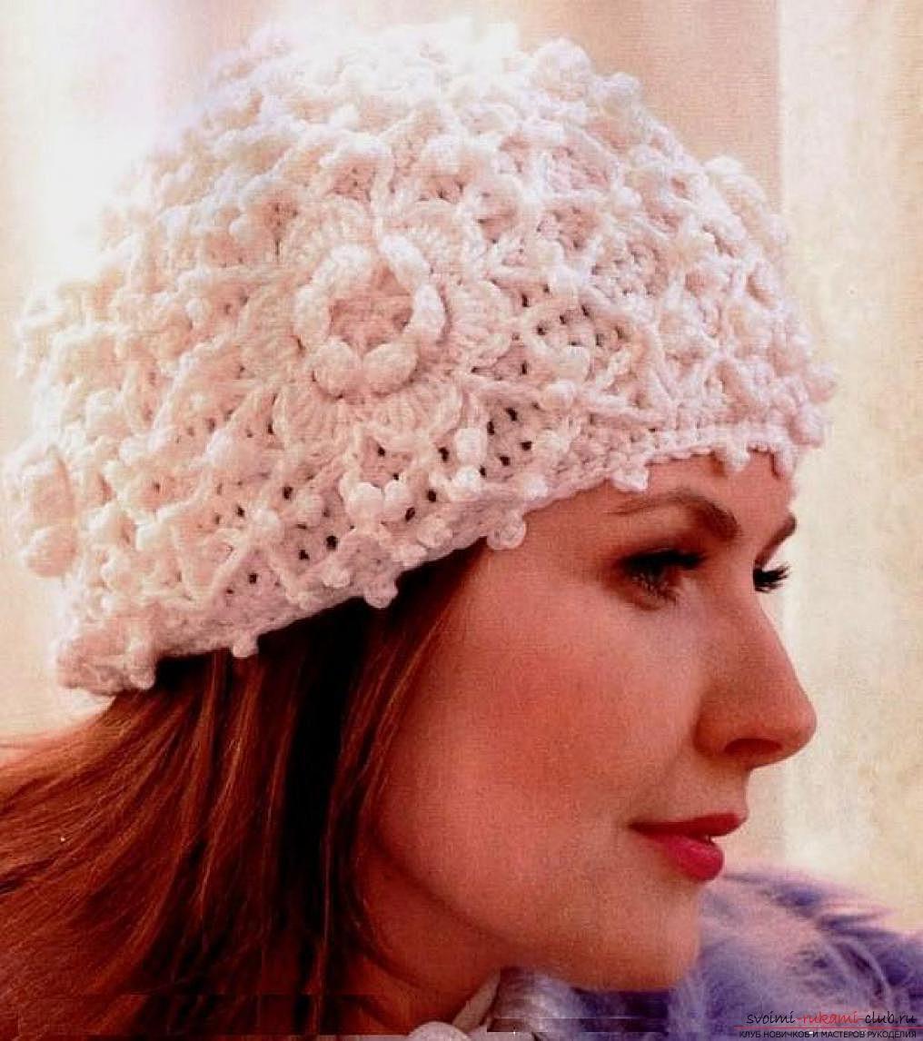 вязаная крючком стильная женская шапочка. Фото №1