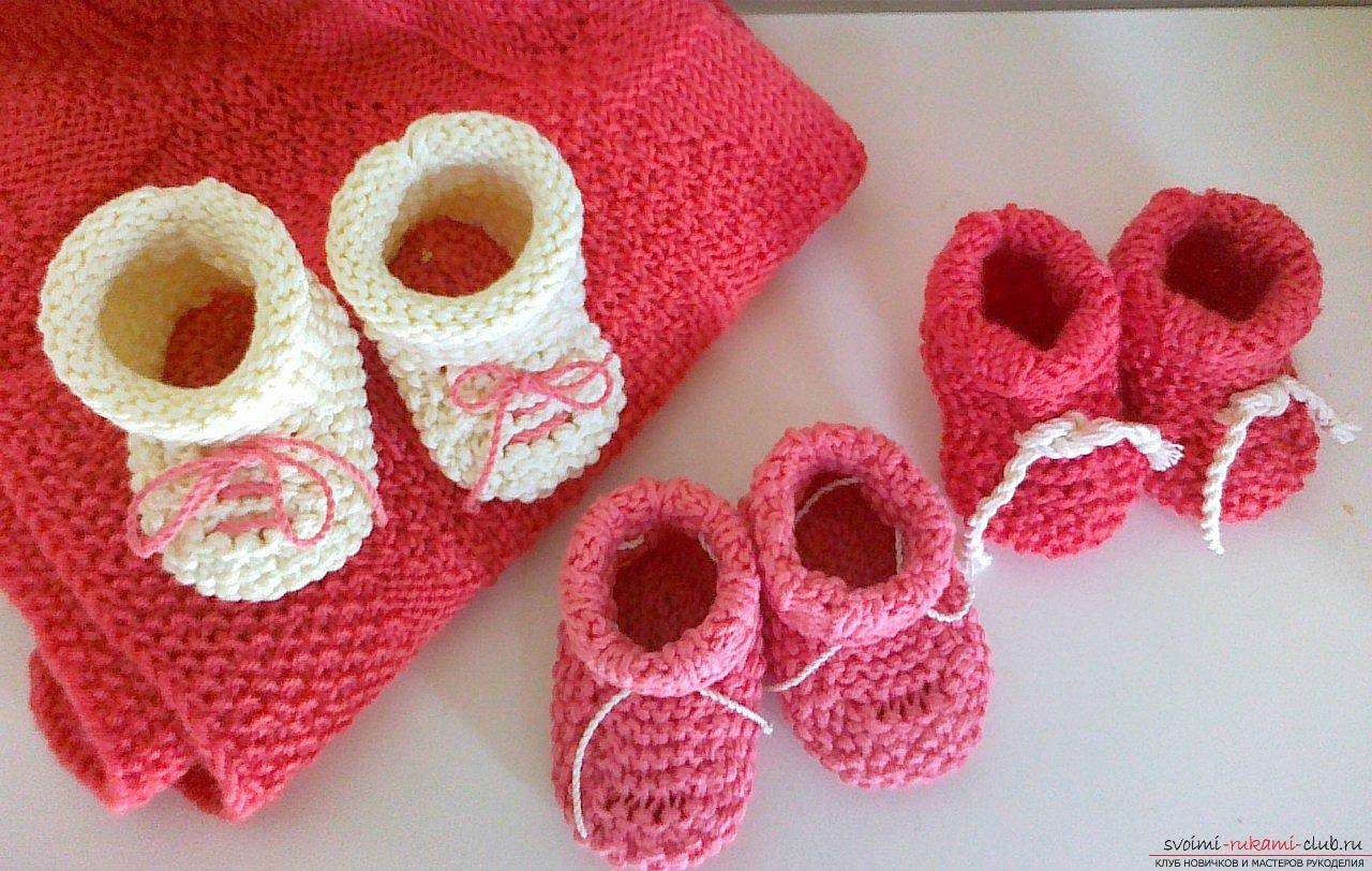 Вязать пинетки спицами для новорожденного видео