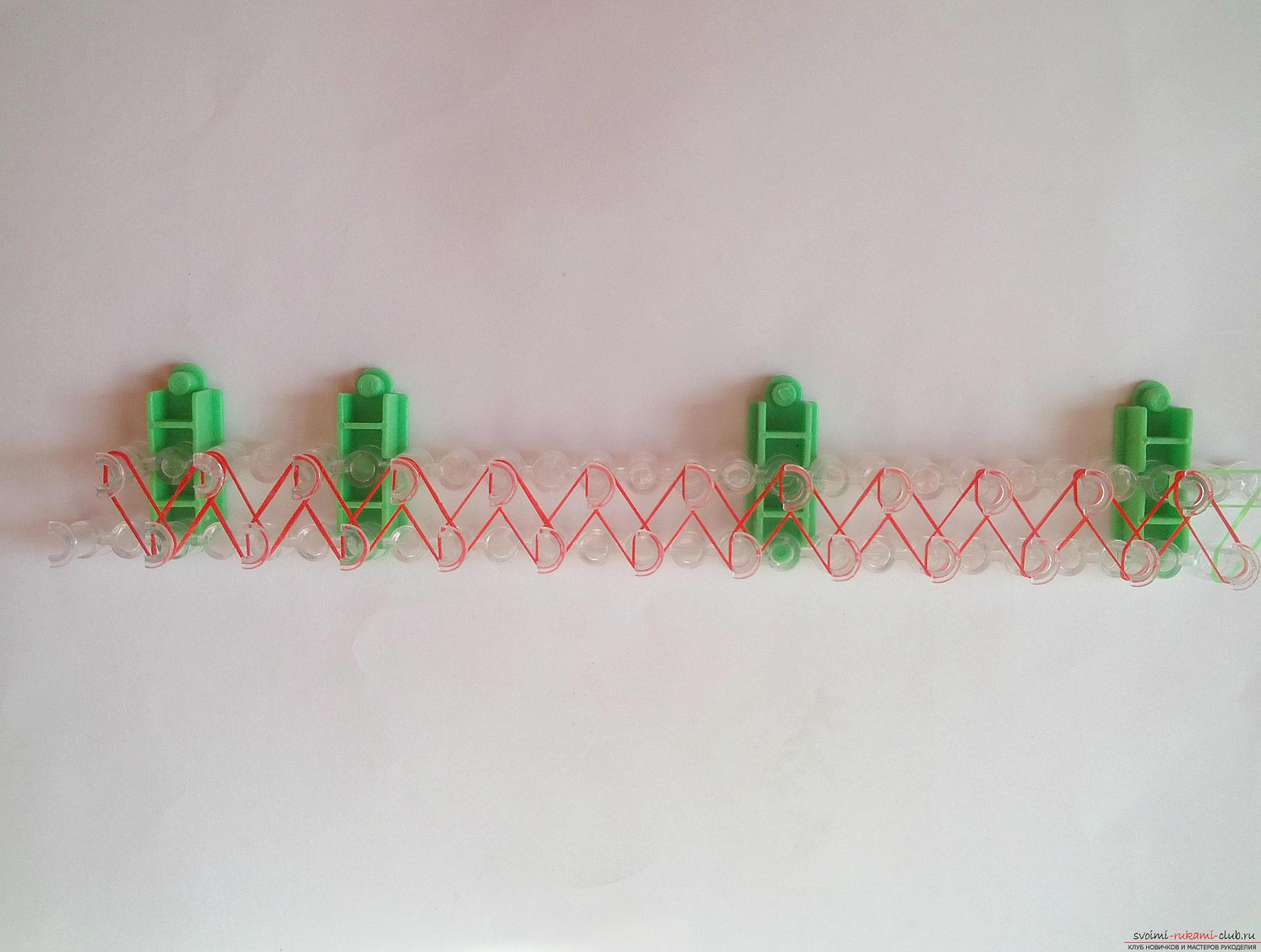 Этот мастер-класс подробно описывает и показывает на фото как плести браслеты из резинок на станке.. Фото №4