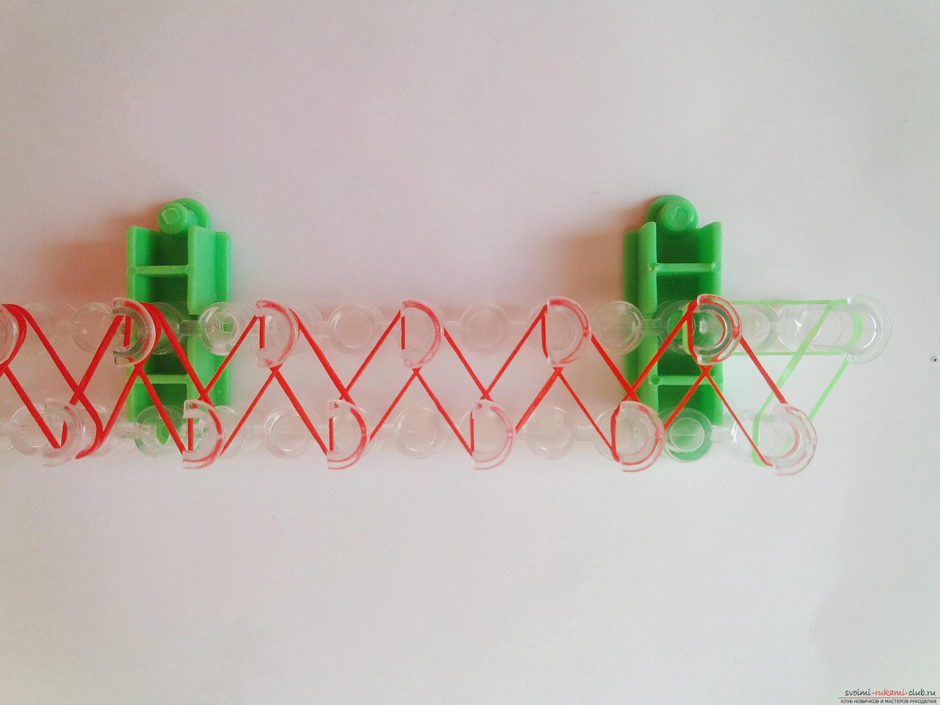 Этот мастер-класс подробно описывает и показывает на фото как плести браслеты из резинок на станке.. Фото №3