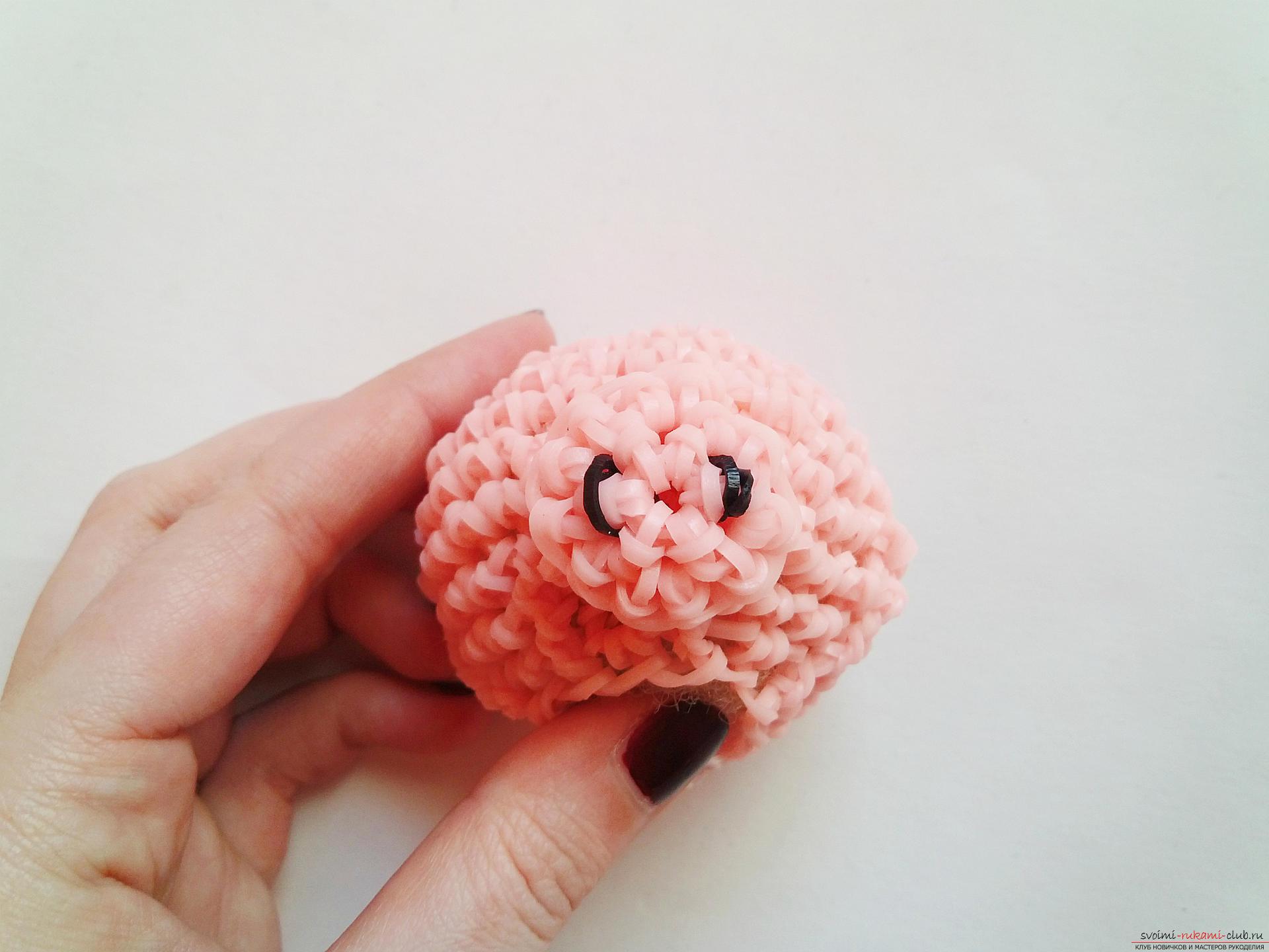 Плетение из резинок позволяет создать игрушки из резинок, наш мастер-класс покажет как плетется поросенок своими руками.. Фото №10