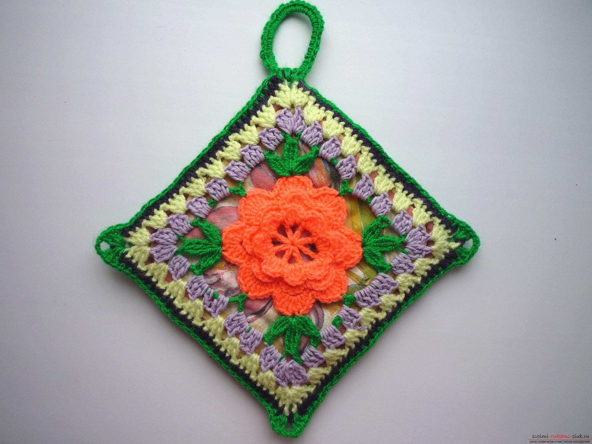 Мастер-класс с фото научит вязать симпатичные прихватки крючком с объемным цветком.. Фото №17